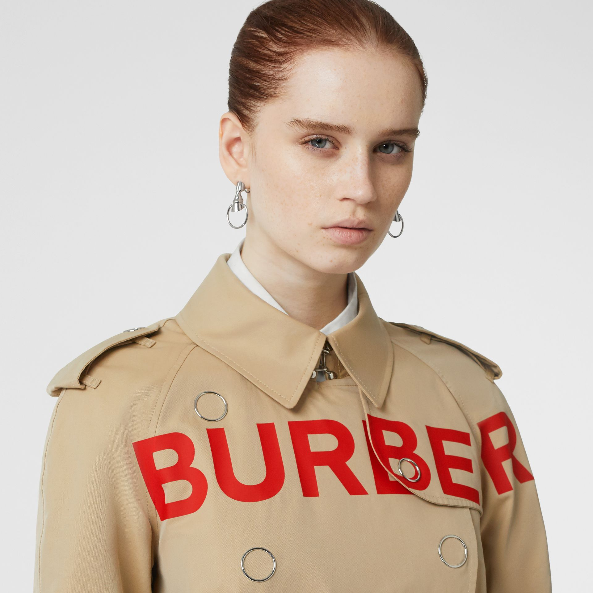 Trench coat in gabardine di cotone con stampa Horseferry (Miele) - Donna | Burberry - immagine della galleria 1