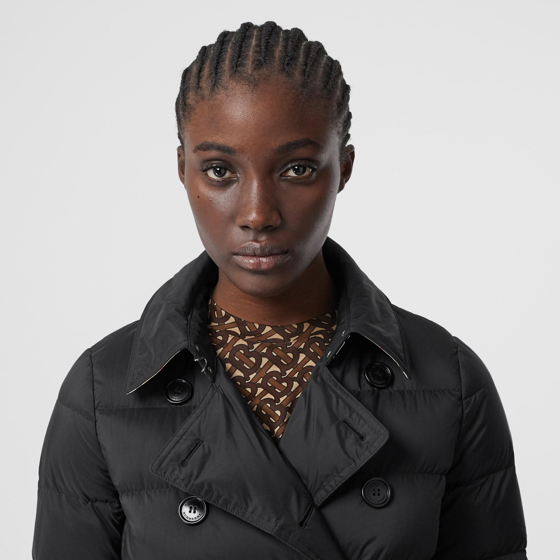 可拆式連帽羽絨大衣 (黑色) - 女款   Burberry - 圖庫照片 1