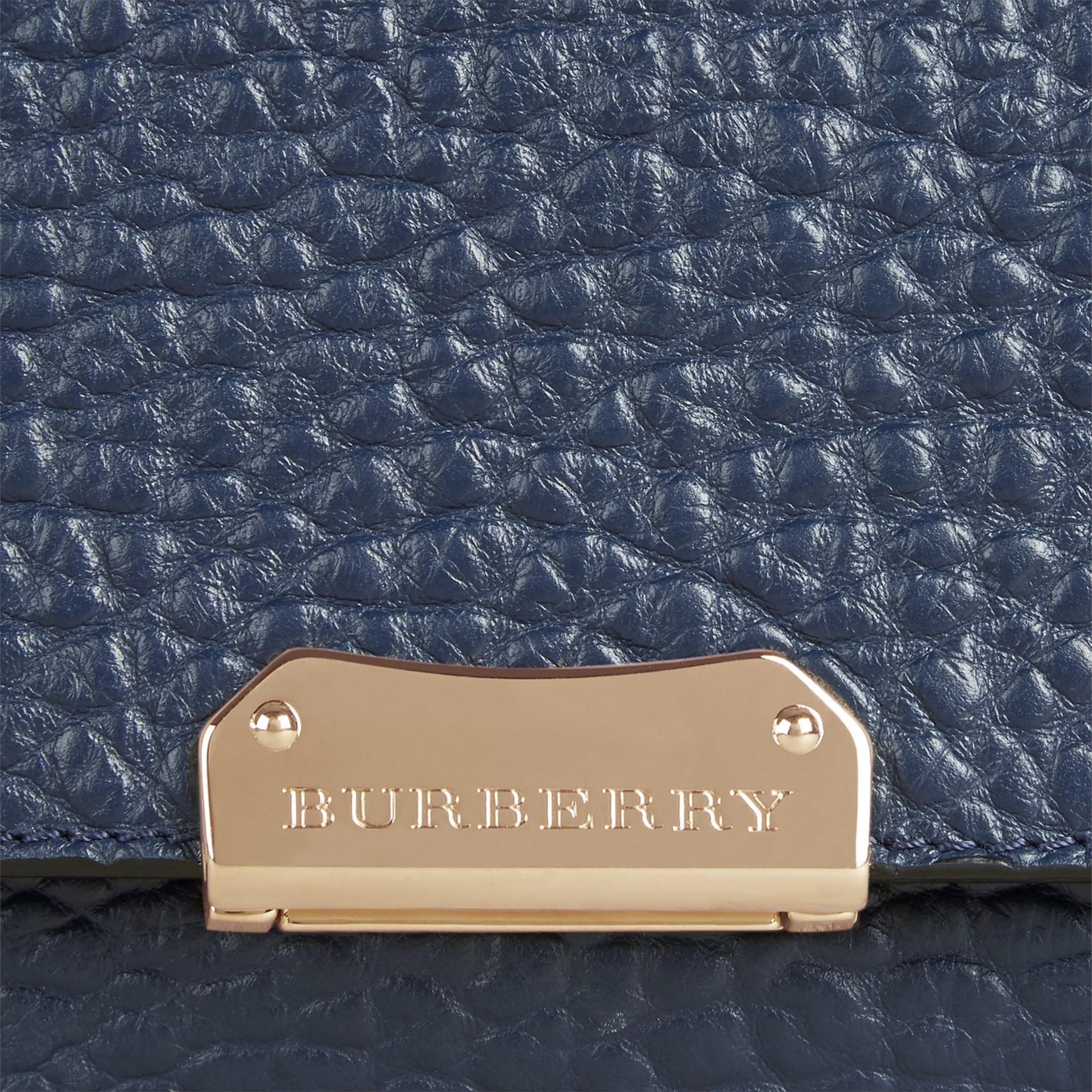 Blu carbonio Borsa a spalla grande in pelle a grana Burberry Blu Carbonio - immagine della galleria 2