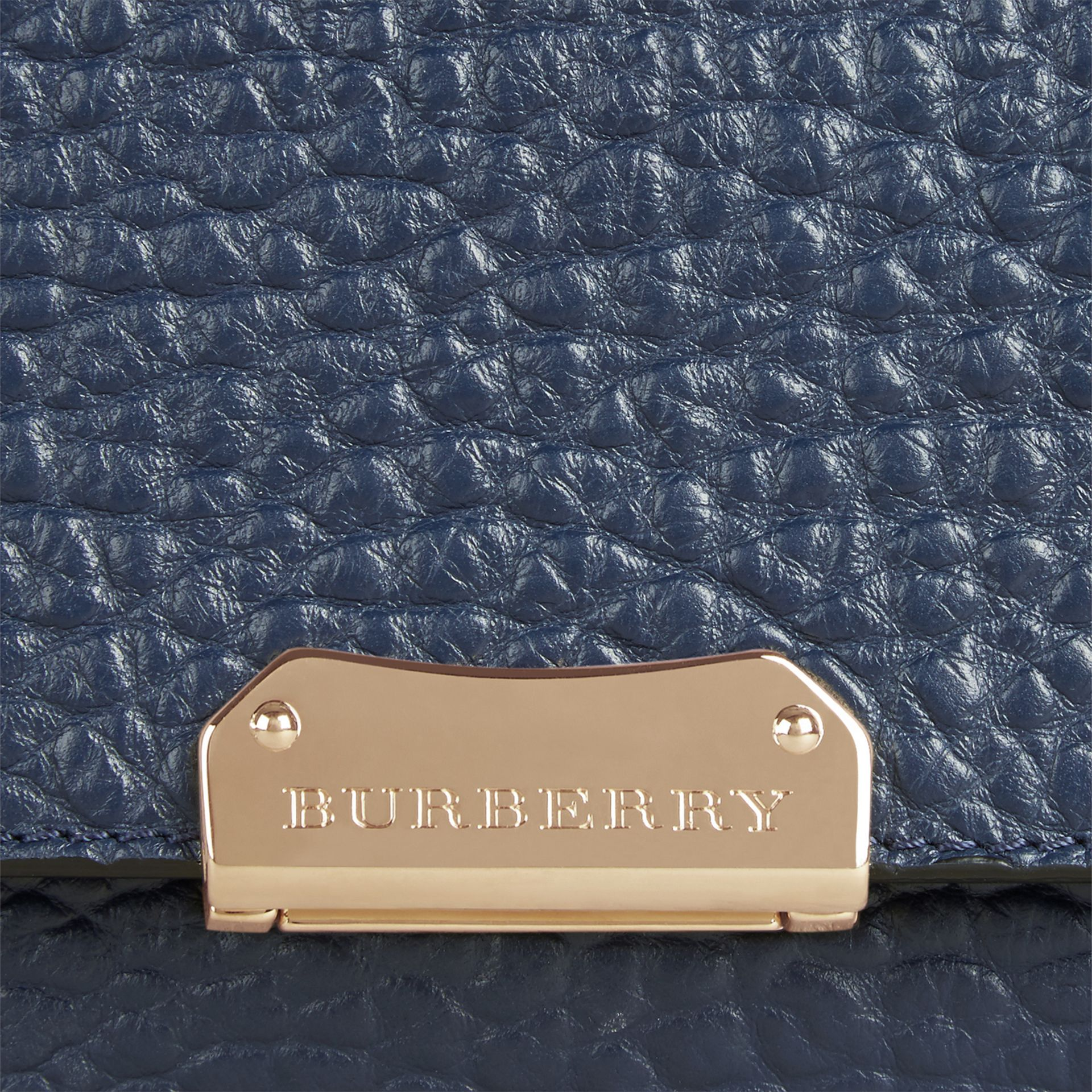 Carbonblau Große Schultertasche aus genarbtem Burberry-Leder Carbonblau - Galerie-Bild 2