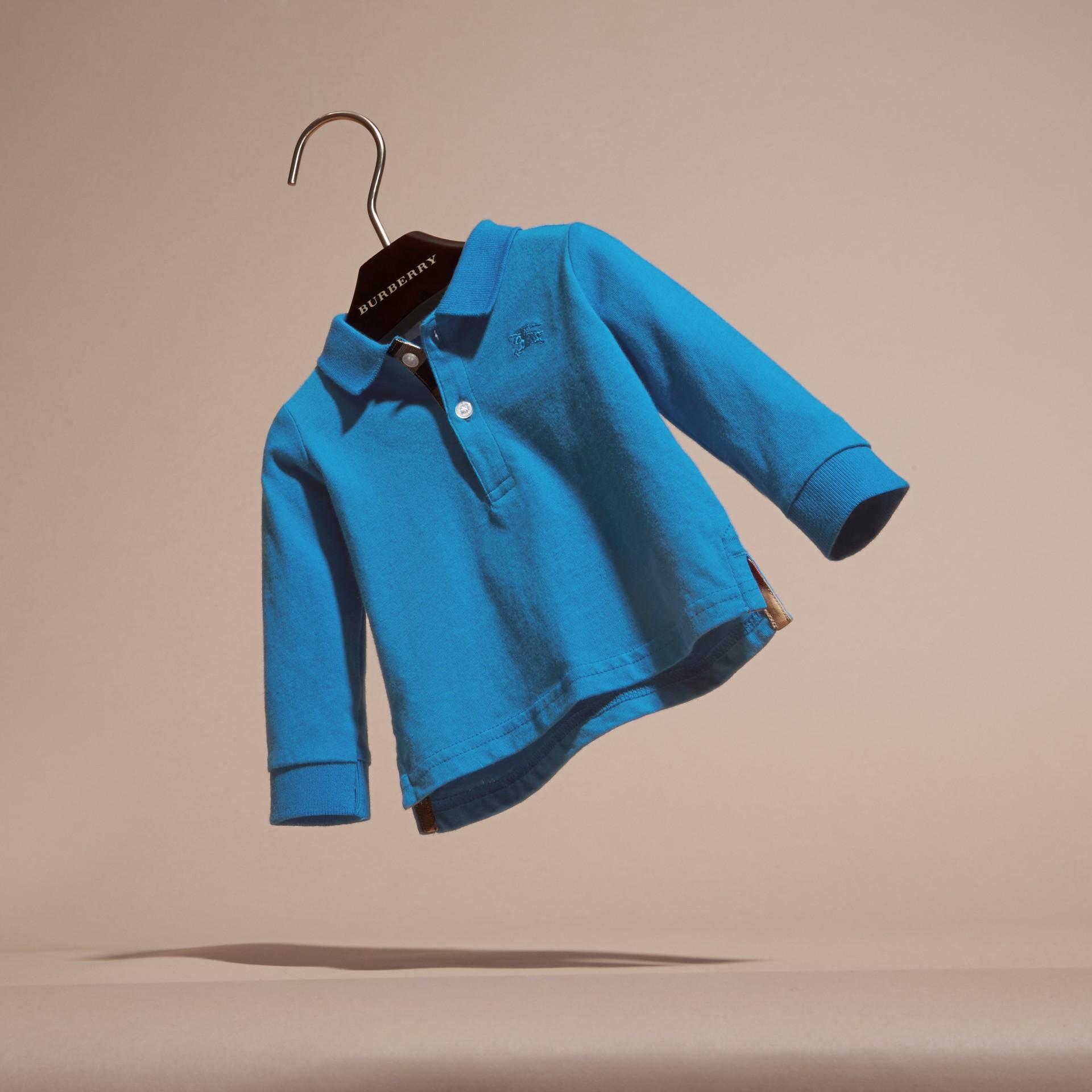 브라이트 오팔 체크 트리밍 롱 슬리브 코튼 폴로 셔츠 브라이트 오팔 - 갤러리 이미지 3