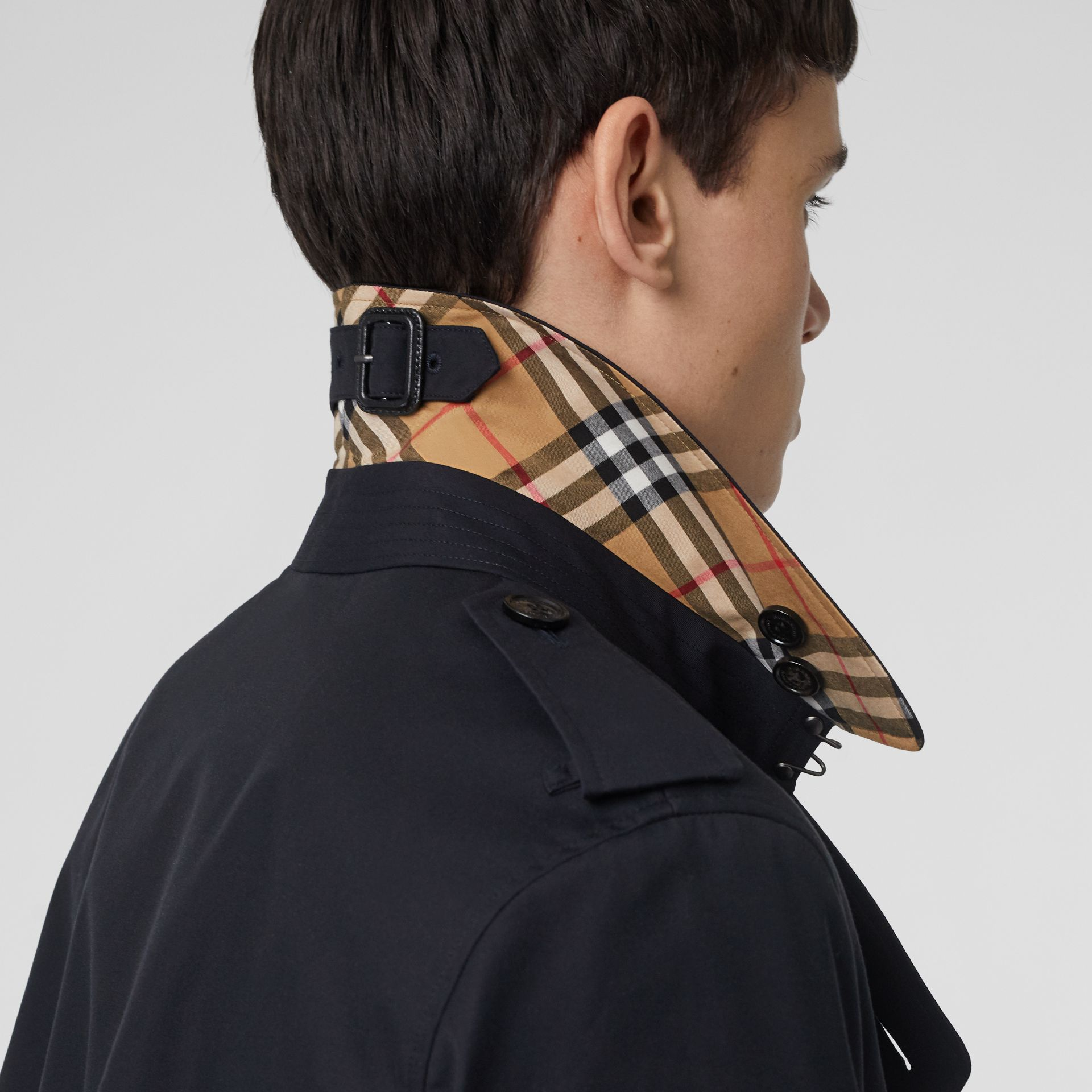 Trench court The Chelsea (Bleu Marine De Minuit) - Homme | Burberry - photo de la galerie 5