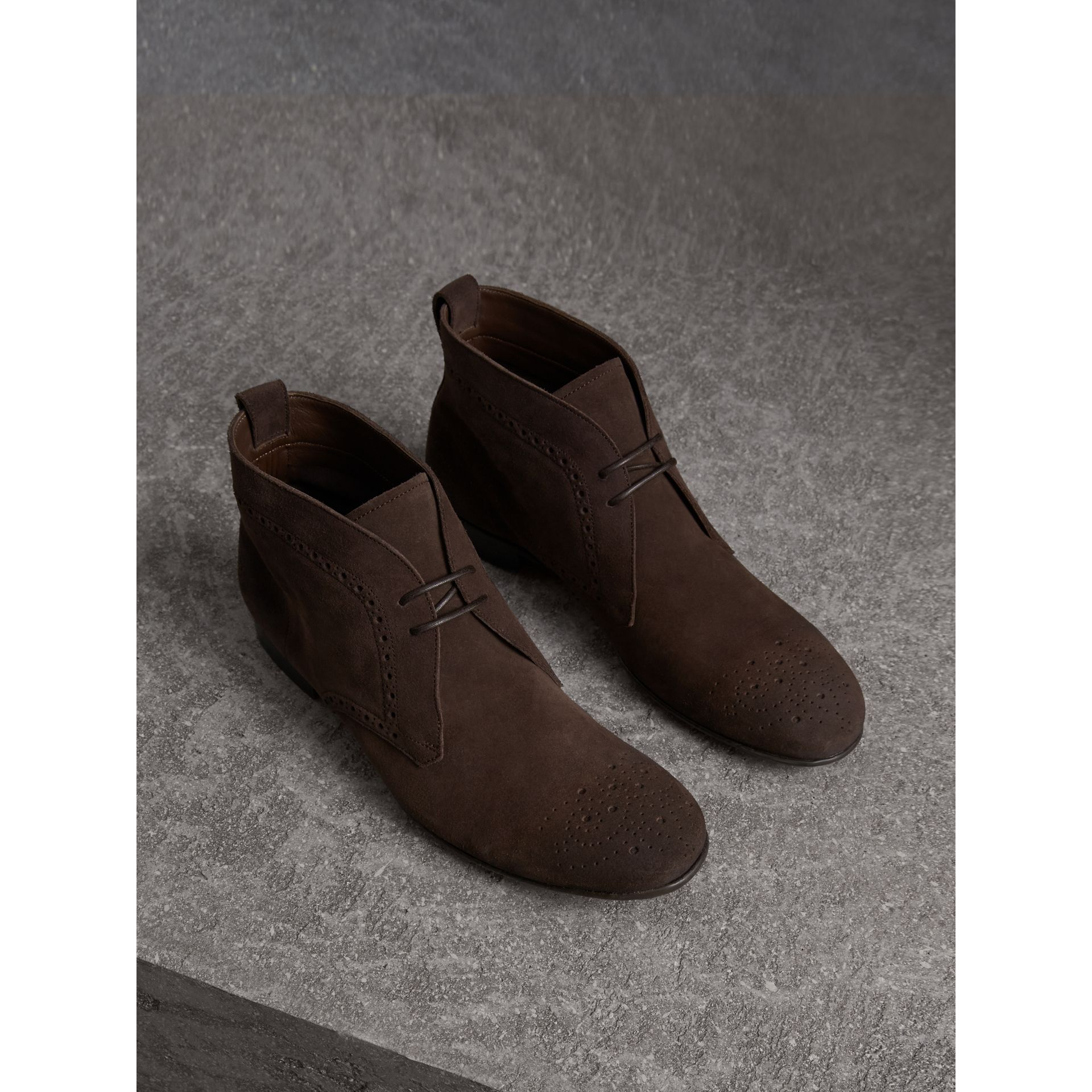 Bottines chukka en cuir velours de style Richelieu (Marron Tourbe) - Homme | Burberry - photo de la galerie 1