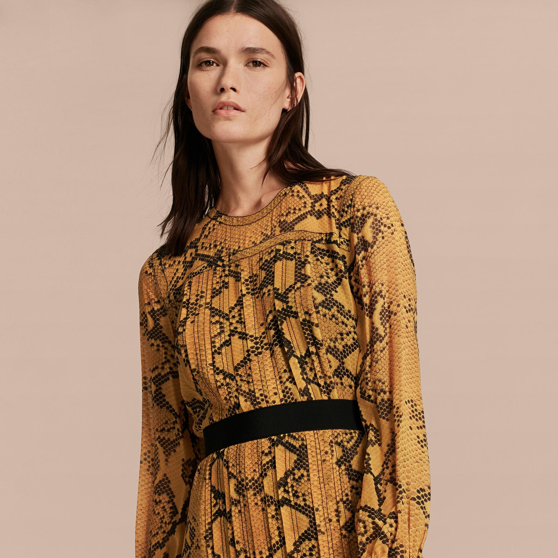 Jaune ambre Robe extra-longue en soie avec imprimé python et plis Jaune Ambre - photo de la galerie 5
