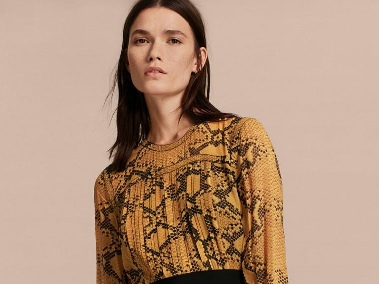Jaune ambre Robe extra-longue en soie avec imprimé python et plis Jaune Ambre - cell image 4