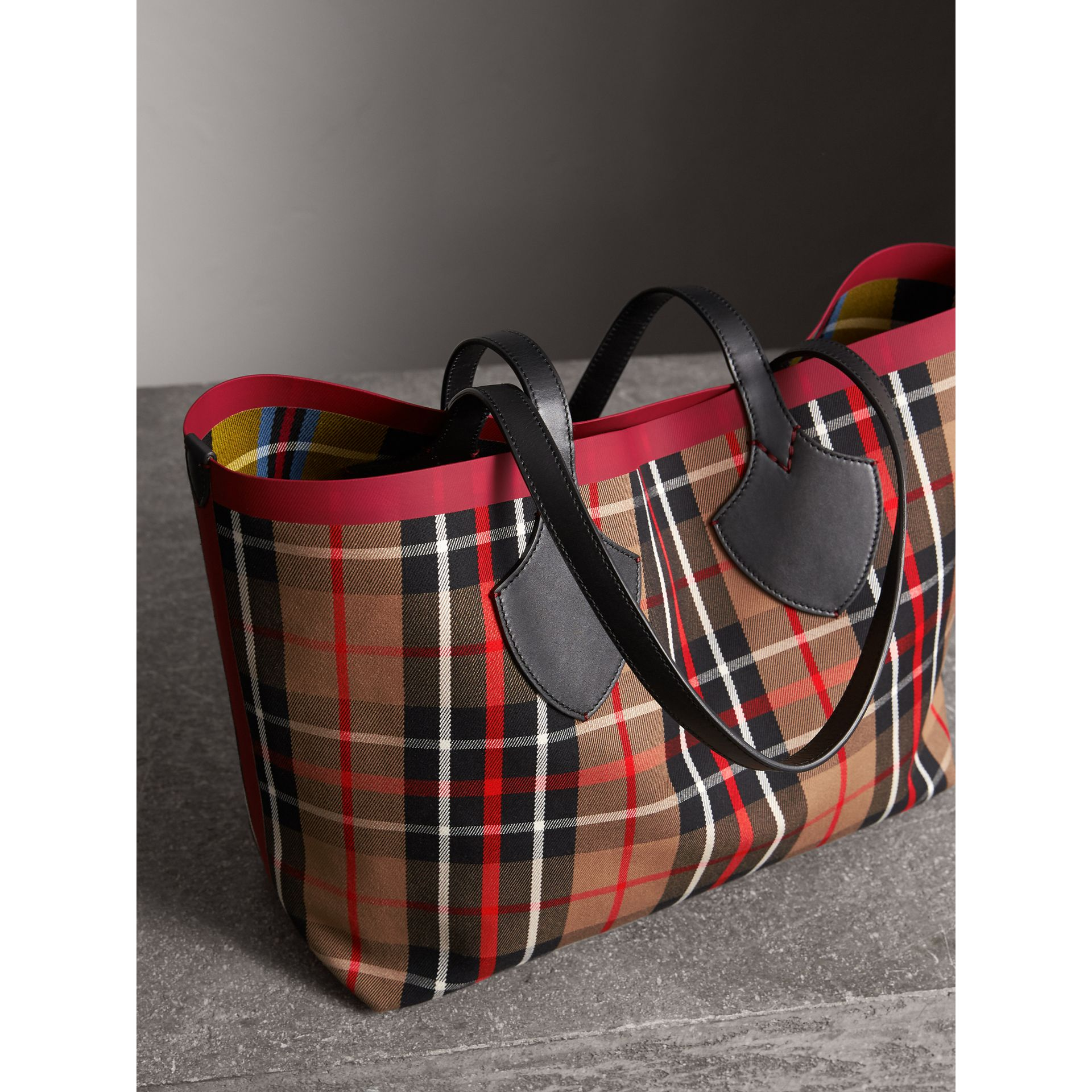 Borsa tote The Giant media double face in cotone con motivo tartan (Caramello/giallo Lino) | Burberry - immagine della galleria 4