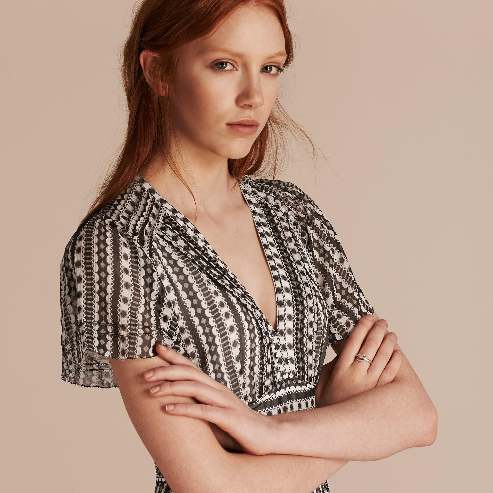 Blanc Robe en soie à imprimé géométrique avec nervures - photo de la galerie 5