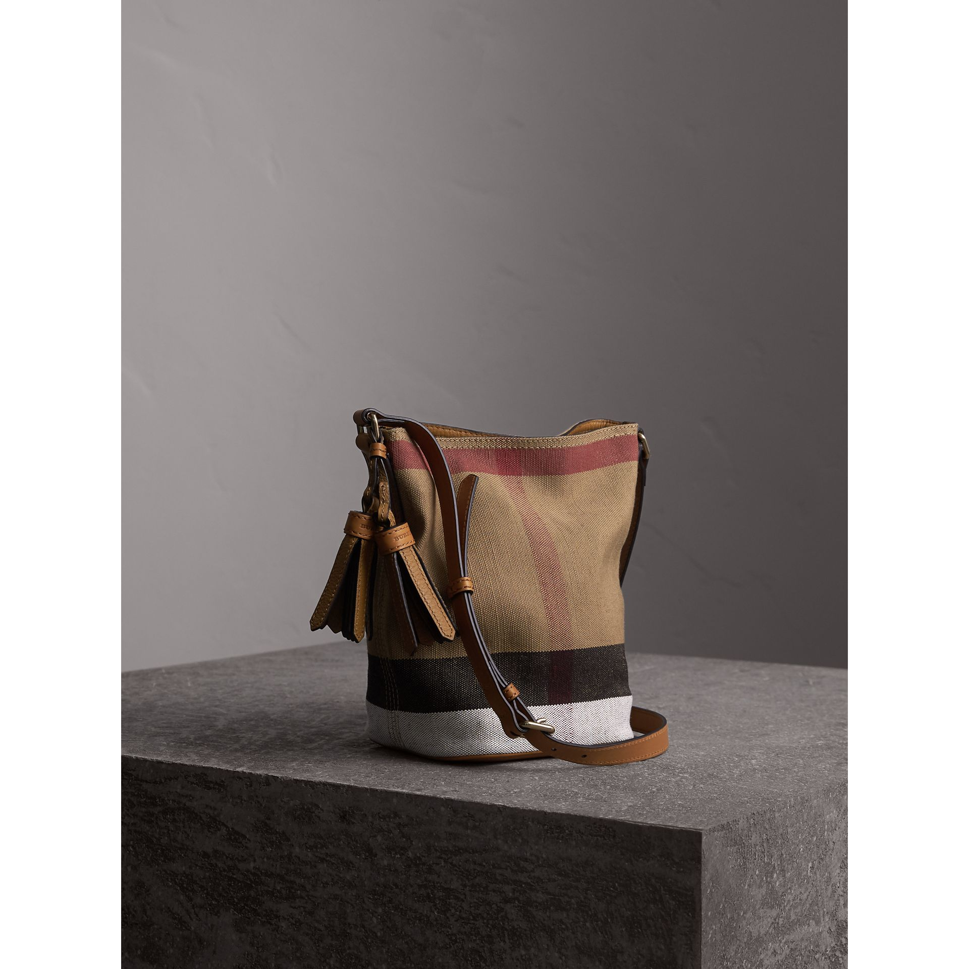 The Ashby piccola con pelle e motivo Canvas check (Marrone Cuoio) - Donna | Burberry - immagine della galleria 7