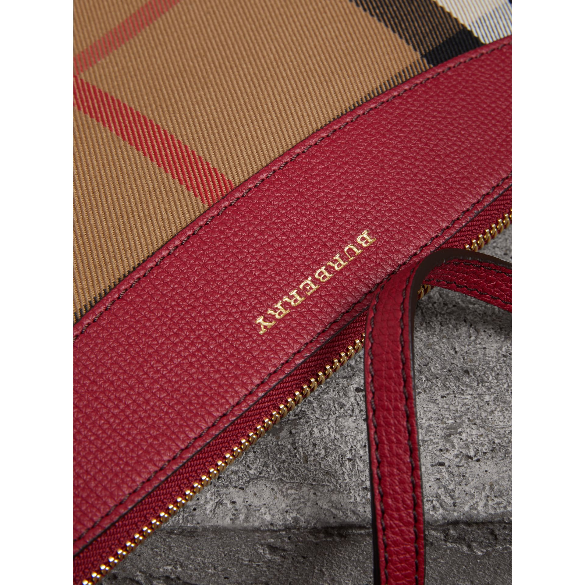Clutch en coton House check et cuir (Rouge Militaire) - Femme | Burberry Canada - photo de la galerie 1