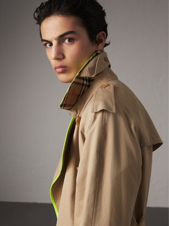 Trench coat de gabardine de algodão com debrum contrastante (Mel) - Homens | Burberry - cell image 1