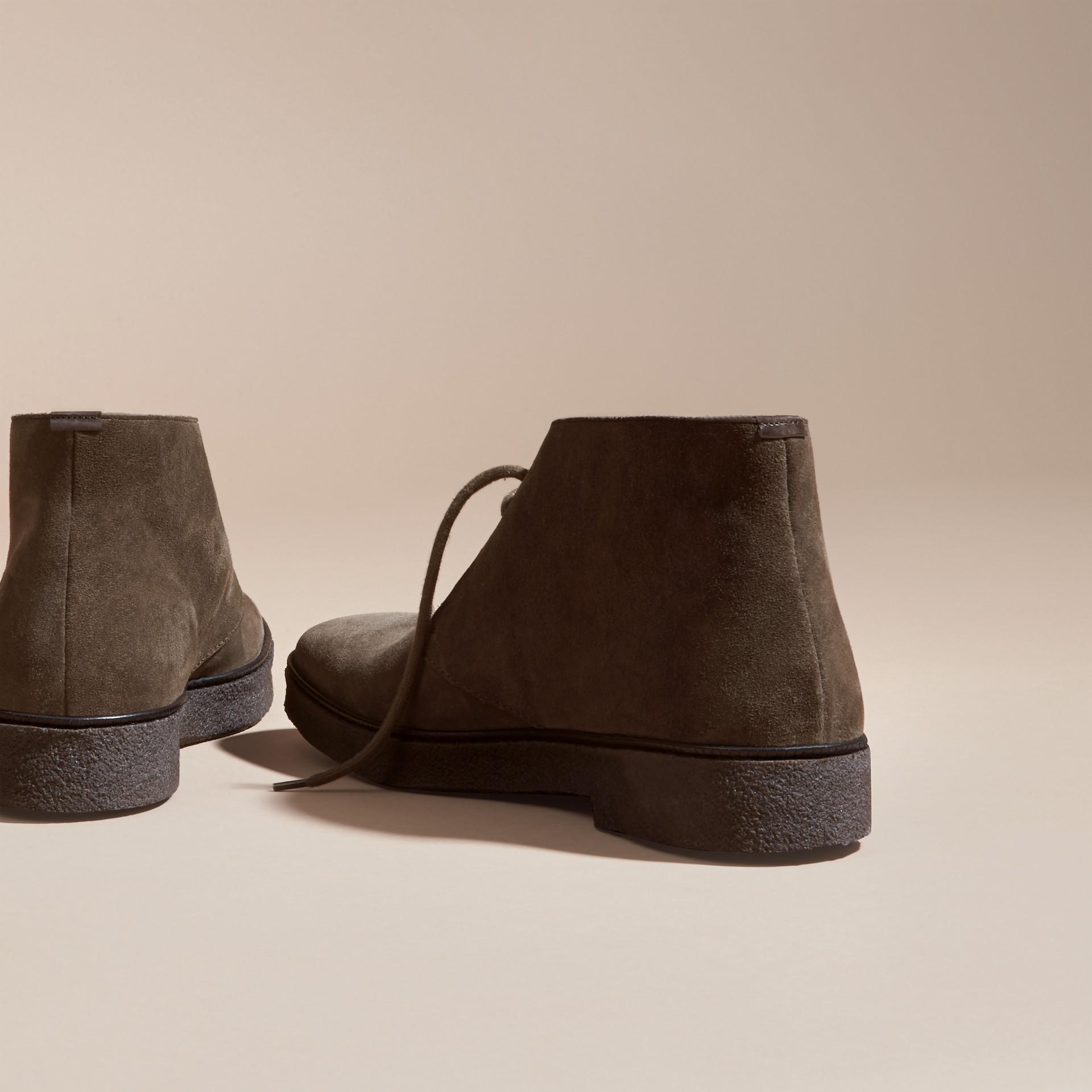 Kaki Bottines chukka en cuir velours avec semelles en crêpe Kaki - photo de la galerie 4