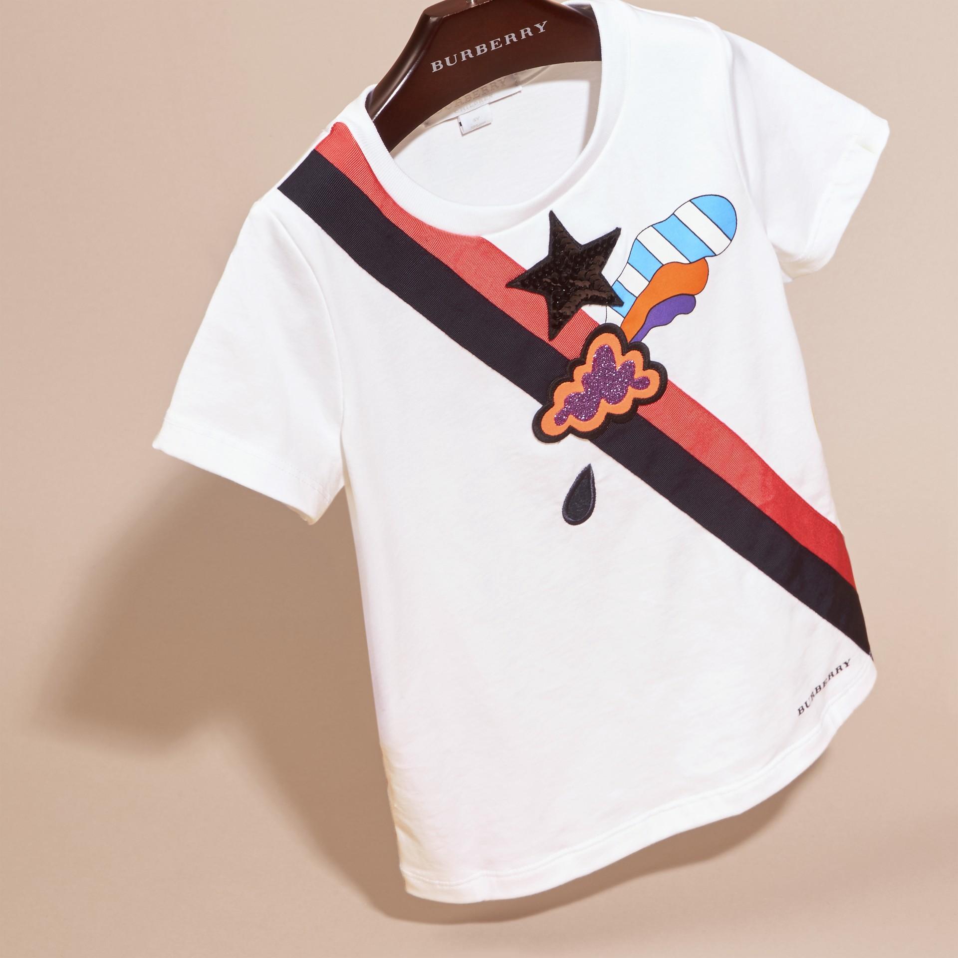 Bianco T-shirt in cotone con grafica ispirata al clima e paillettes applicate - immagine della galleria 3