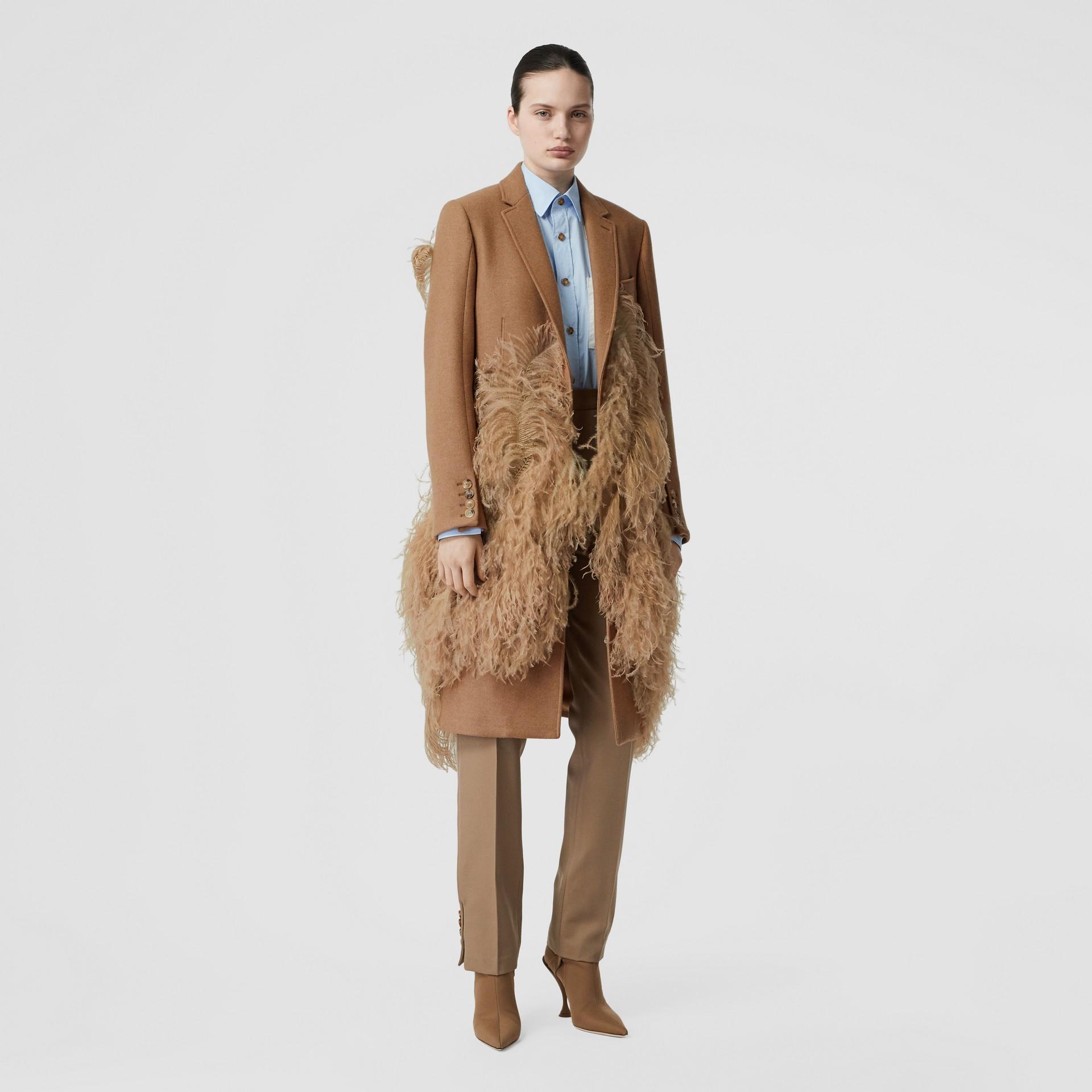 Abrigo de vestir en pelo de camello con detalle de plumas (Cámel) - Mujer | Burberry - imagen de la galería 0