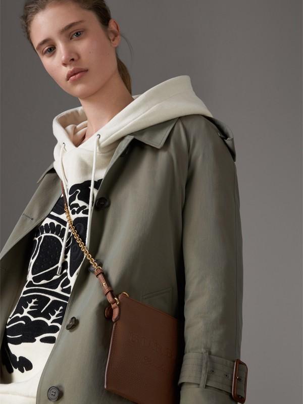 Bolsa clutch de couro com detalhe em relevo (Marrom Castanho) - Mulheres | Burberry - cell image 3