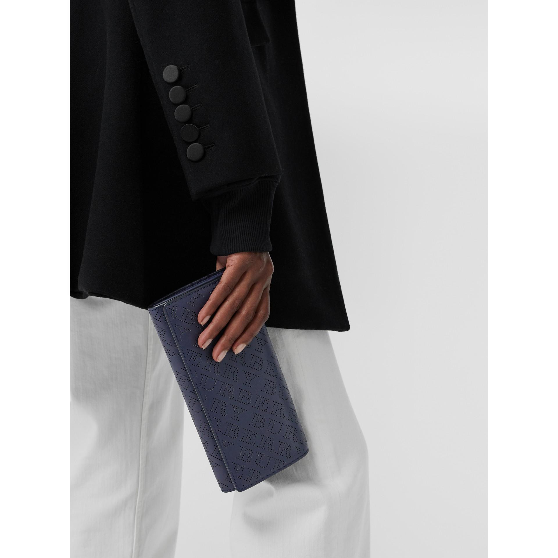 沖孔徽標皮革皮夾附可拆式肩帶 (海軍藍) - 女款 | Burberry - 圖庫照片 3