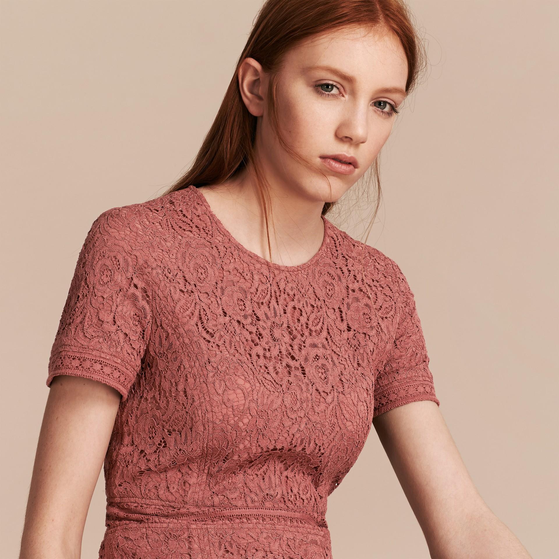 Malvenfarben-rosa Kleid in A-Linie aus italienischer Spitze - Galerie-Bild 5