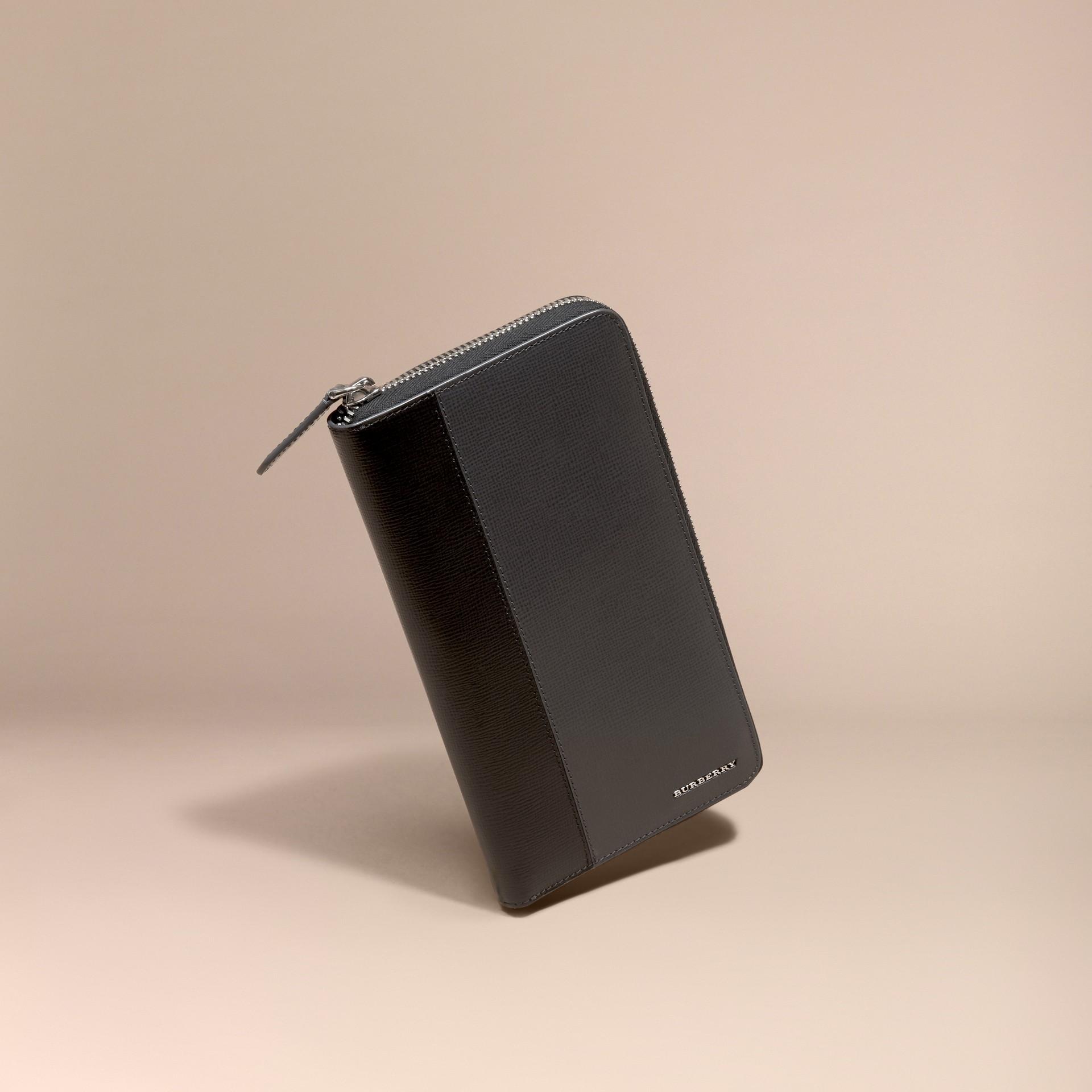 炭灰色/黑色 拼色 London 皮革環繞式拉鍊皮夾 炭灰色/黑色 - 圖庫照片 1
