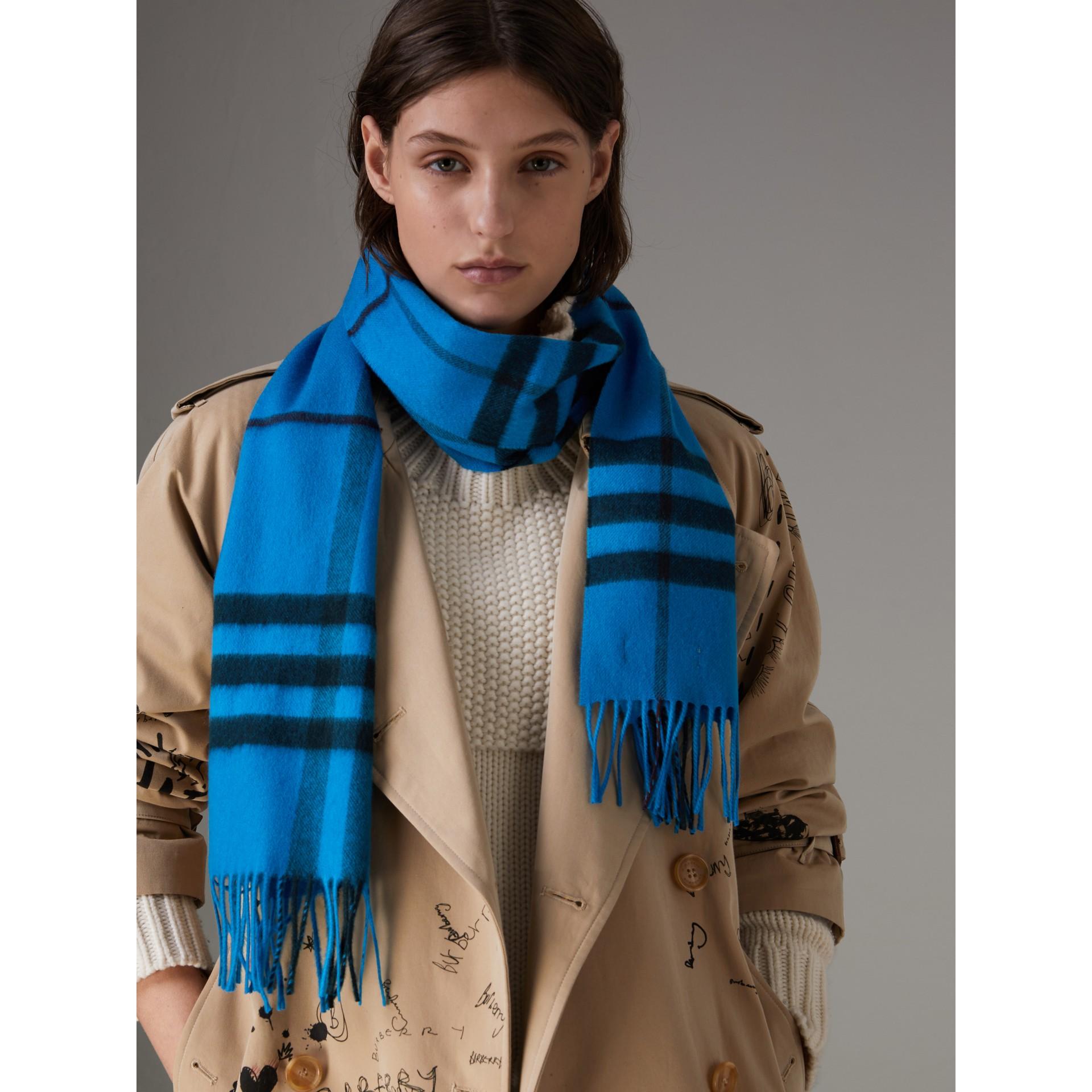 套染特大格紋喀什米爾圍巾 (亮藍色) | Burberry - 圖庫照片 4