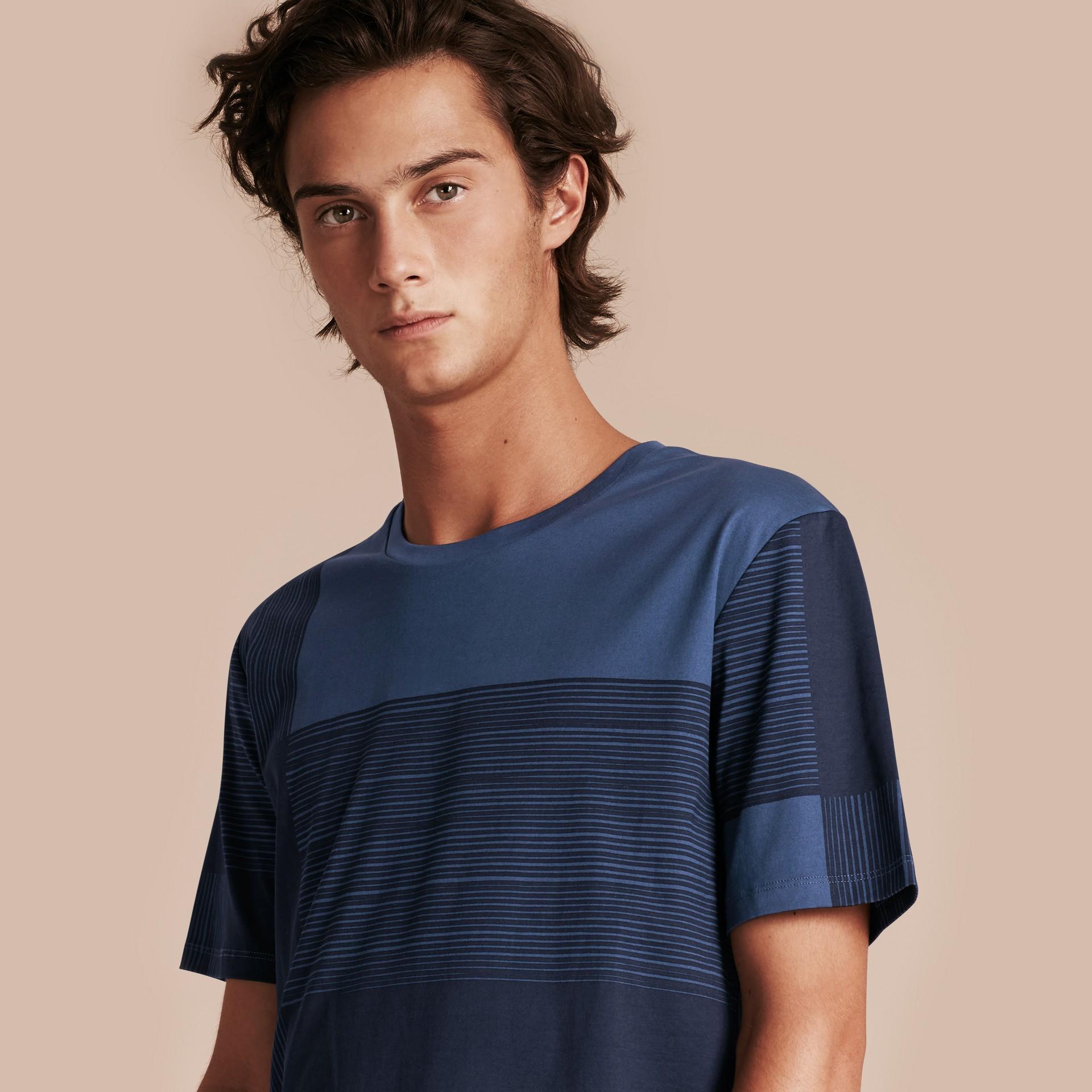 Navy T-shirt in cotone con motivo check stampato Navy - immagine della galleria 6
