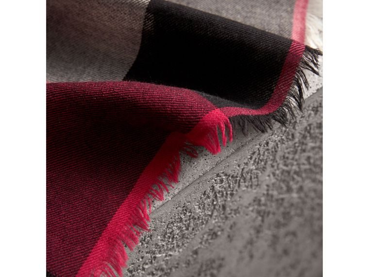 The Lightweight Check Cashmere Scarf in Fuchsia Pink | Burberry - cell image 4