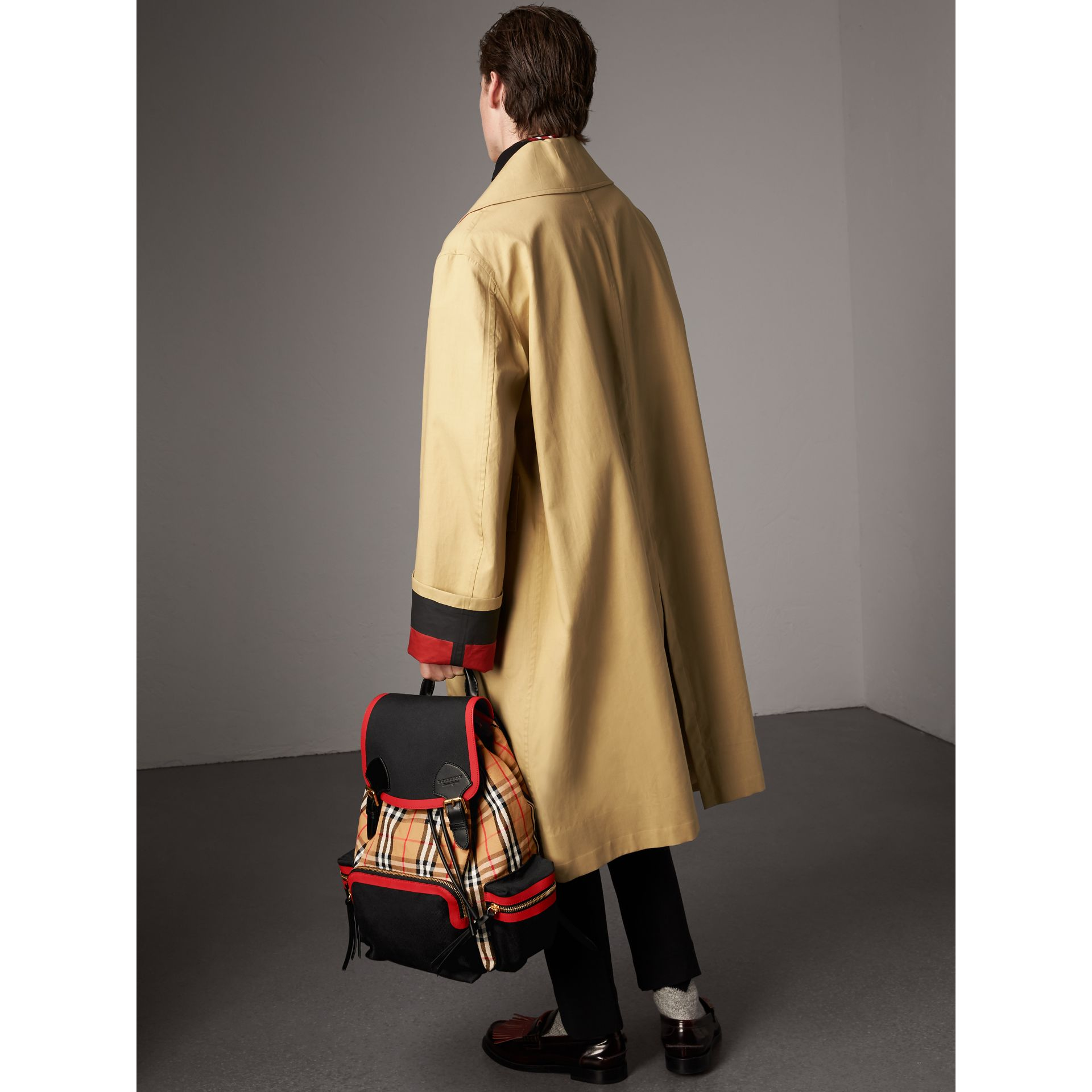 Grand sac The Rucksack en cuir et toile Vintage check (Jaune Antique) | Burberry - photo de la galerie 2