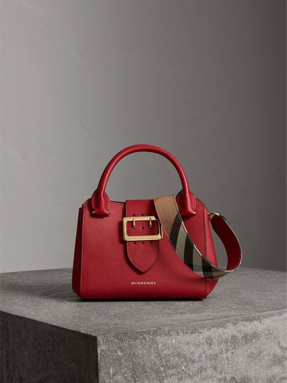 The Small Buckle Tote aus genarbtem Leder (Paraderot)