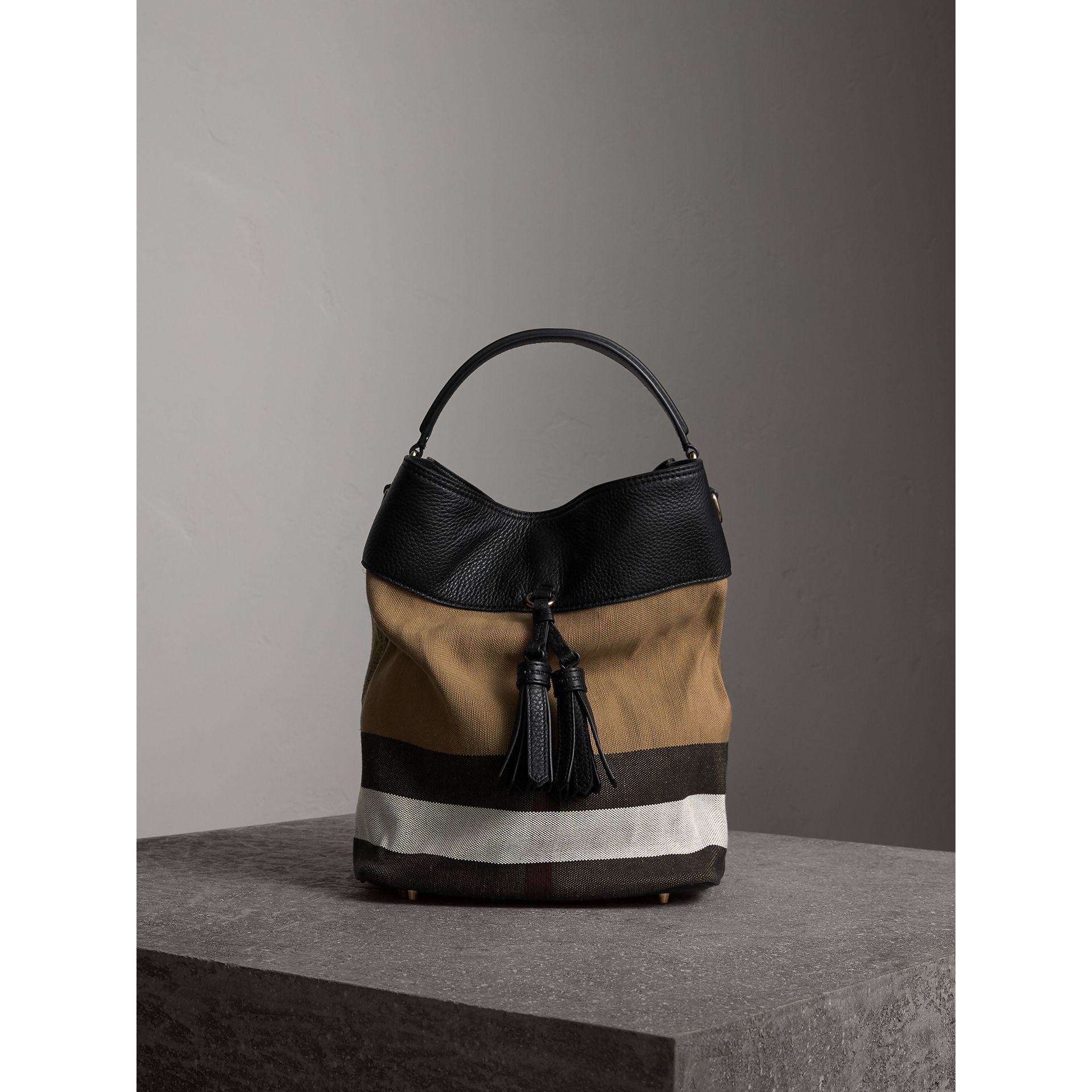 Sac The Ashby medium en toile Canvas check et cuir (Noir/noir) - Femme | Burberry - photo de la galerie 1