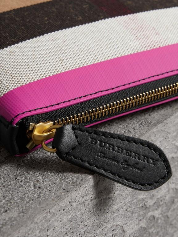 Trousse media in pelle e tela con motivo tartan e cerniera (Nero/rosa Neon) - Donna | Burberry - cell image 1