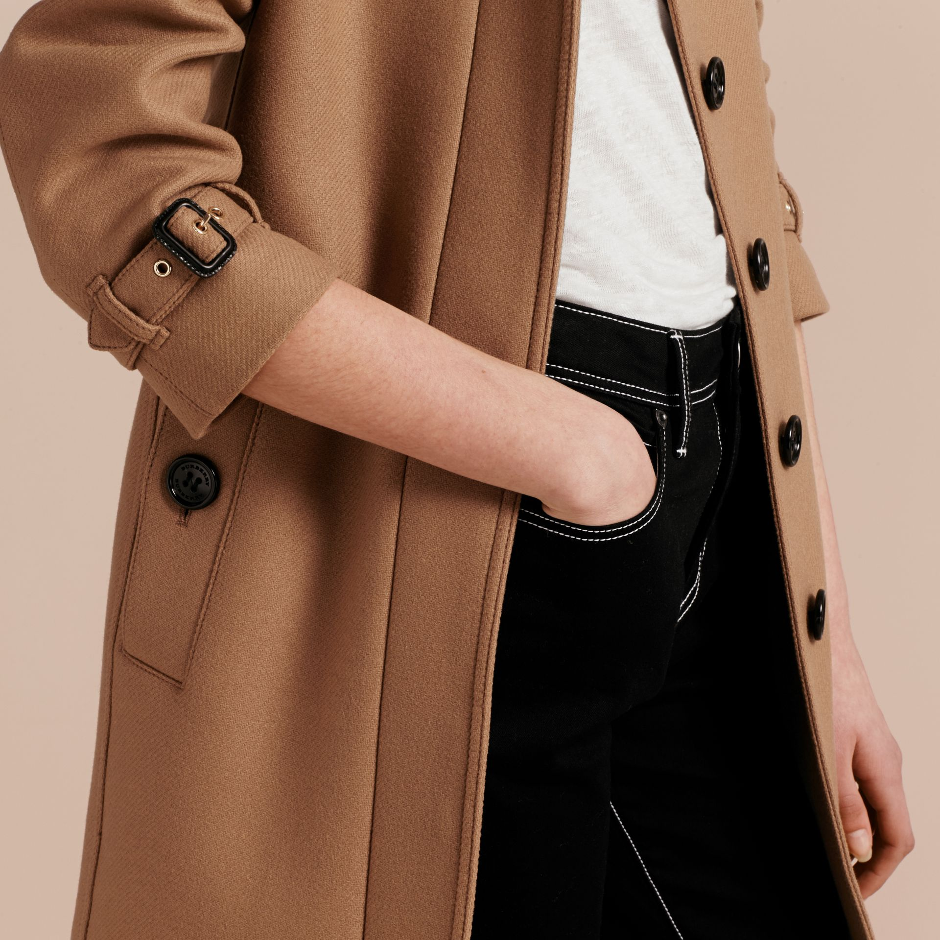 Manteau en laine technique et cachemire avec col entonnoir Camel - photo de la galerie 6