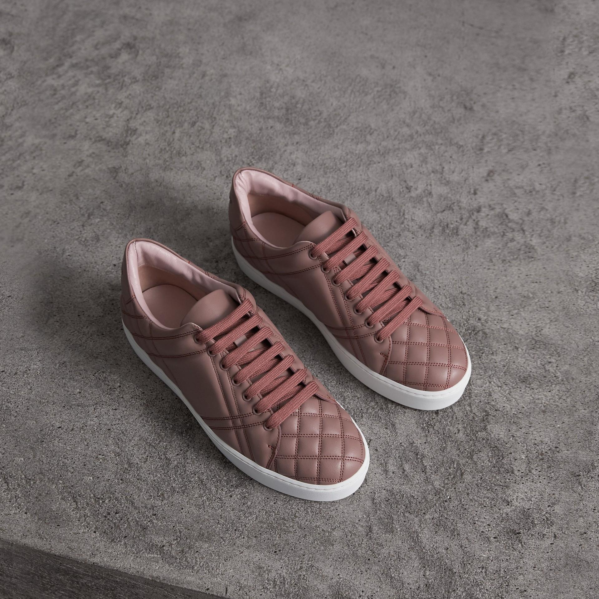 Sneakers en cuir matelassé à motif check (Rose Ivoire) - Femme | Burberry Canada - photo de la galerie 0