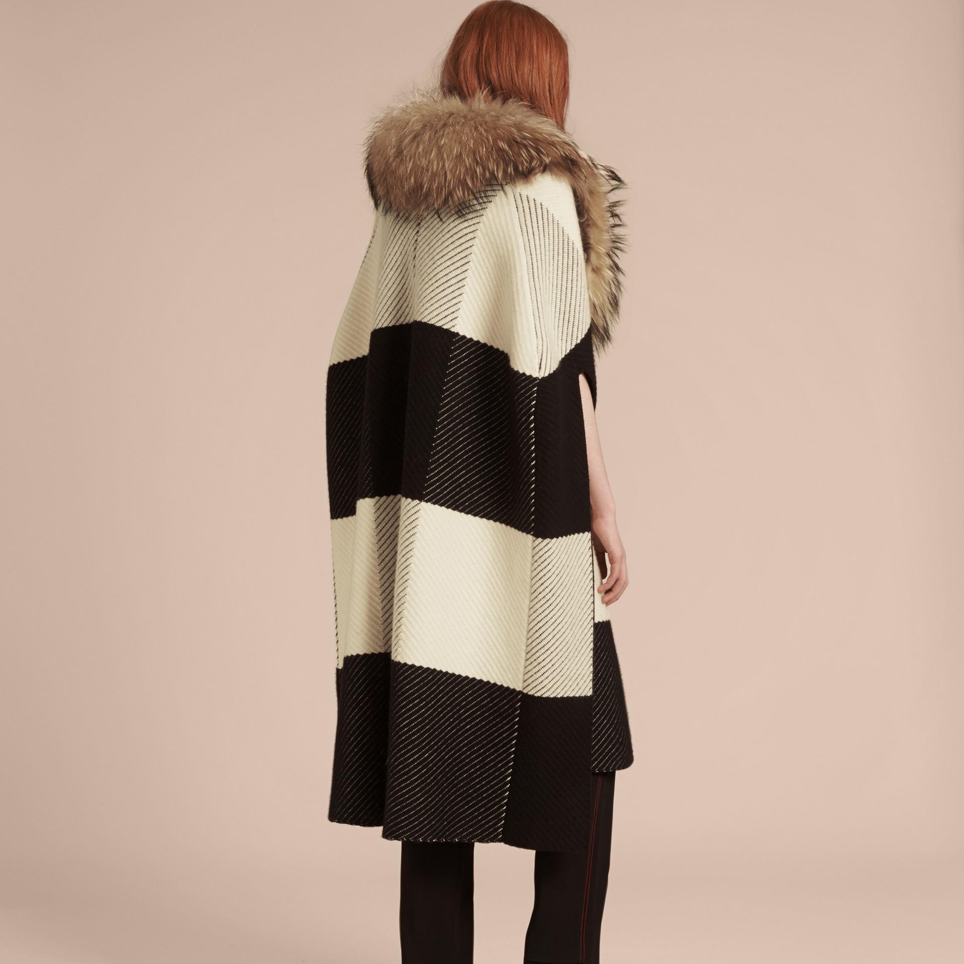 Noir/blanc Poncho en laine et cachemire mélangés à motif check avec col en fourrure de raton laveur - photo de la galerie 3