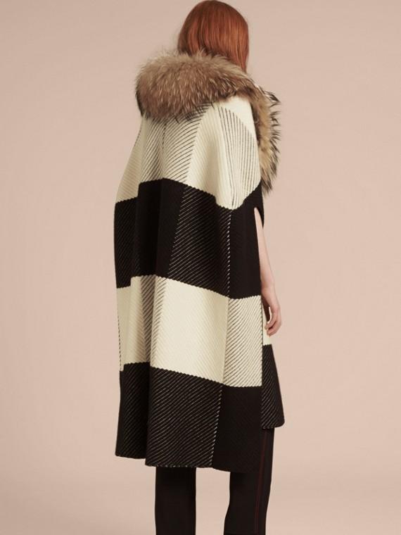 Noir/blanc Poncho en laine et cachemire mélangés à motif check avec col en fourrure de raton laveur - cell image 2
