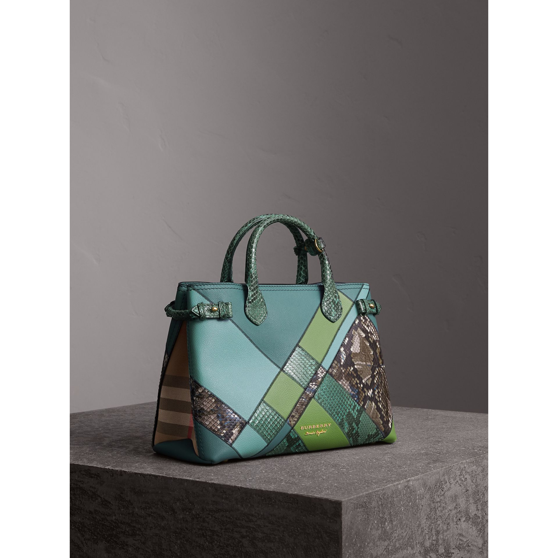 Sac The Banner medium en cuir et python façon patchwork (Bleu Céladon) - Femme | Burberry - photo de la galerie 1