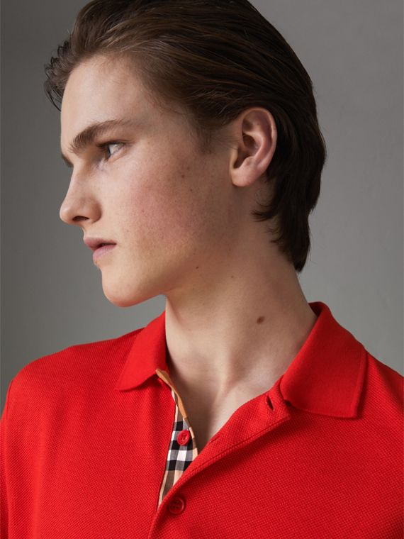 Polo en coton avec détail check (Rouge Vif)