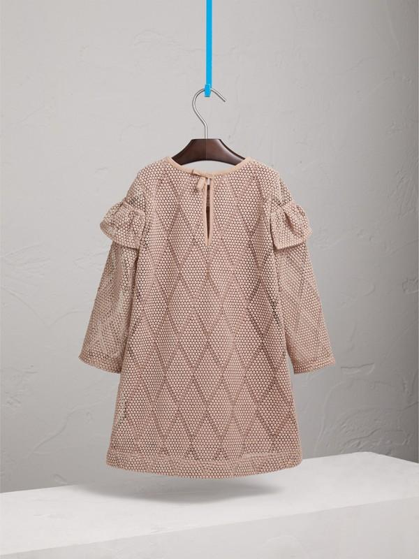 Vestitino svasato in pizzo macramè con motivo a rombi e arricciature (Rosa Cenere Pallido) | Burberry - cell image 3