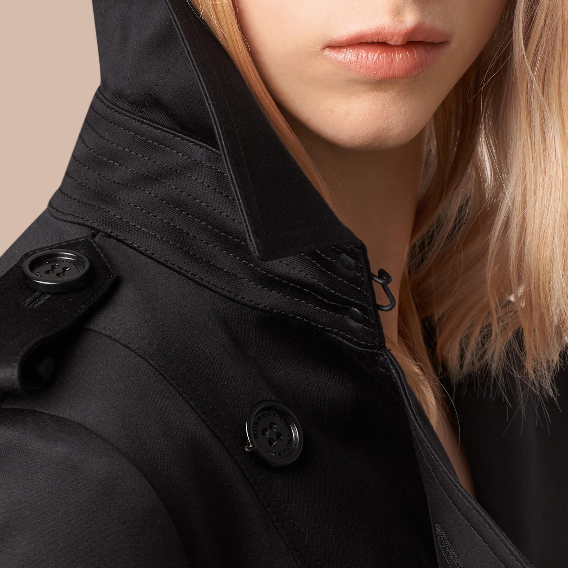 Nero Trench coat in satin di cotone Nero - immagine della galleria 2