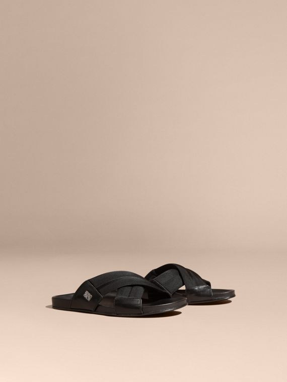 Sandálias de couro com recortes de tecido tecnológico e detalhe xadrez