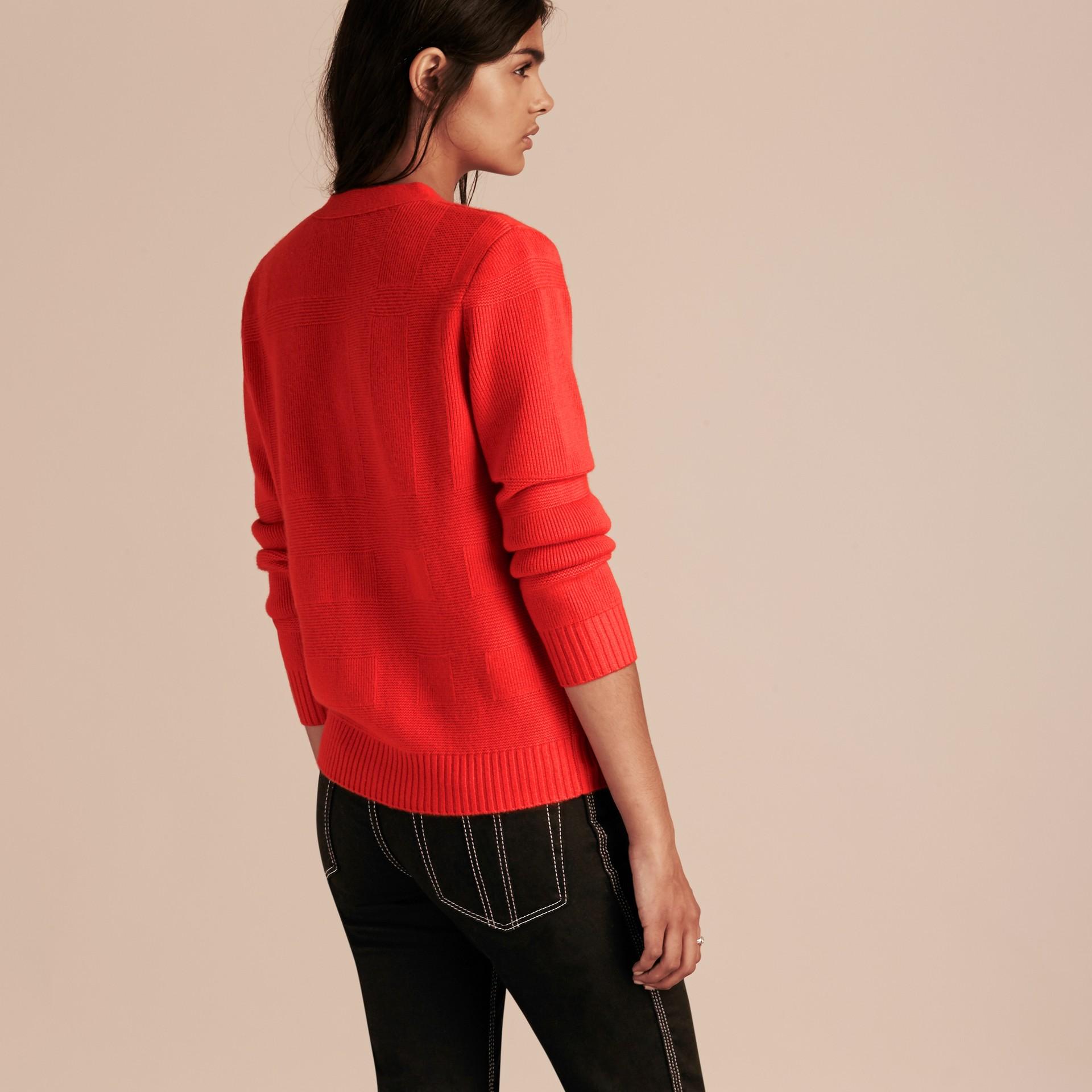 Rojo militar intenso Rebeca en lana y cachemir con motivo a cuadros Rojo Militar Intenso - imagen de la galería 3