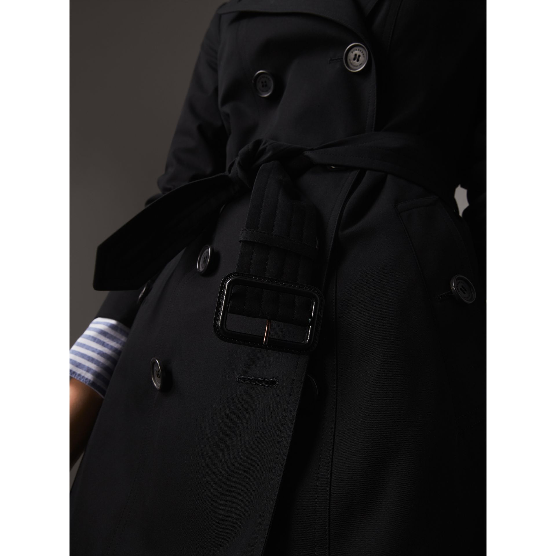The Sandringham – Short Heritage Trench Coat in Black - Women | Burberry - gallery image 6