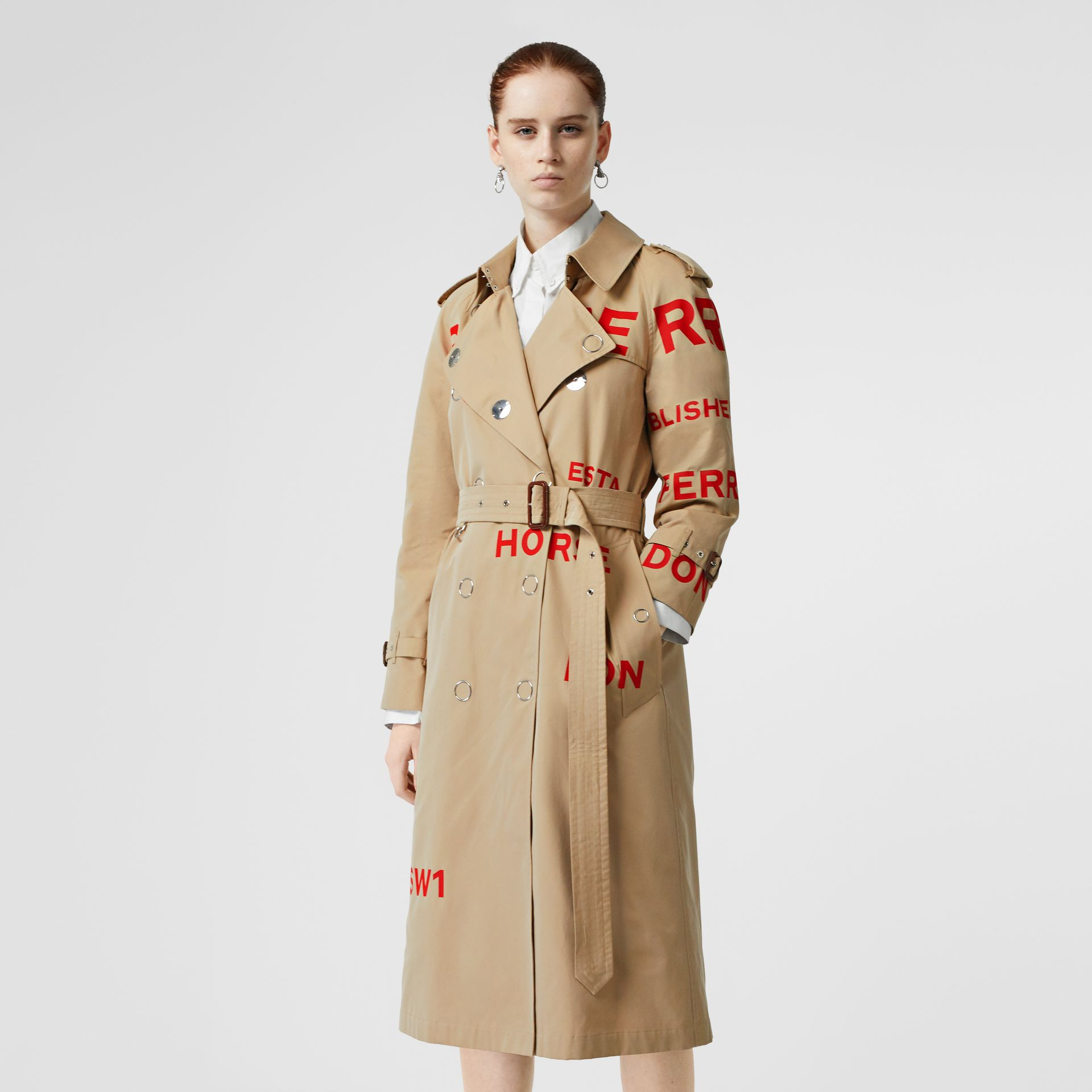 Trench coat in gabardine di cotone con stampa Horseferry (Miele) - Donna | Burberry - immagine della galleria 6