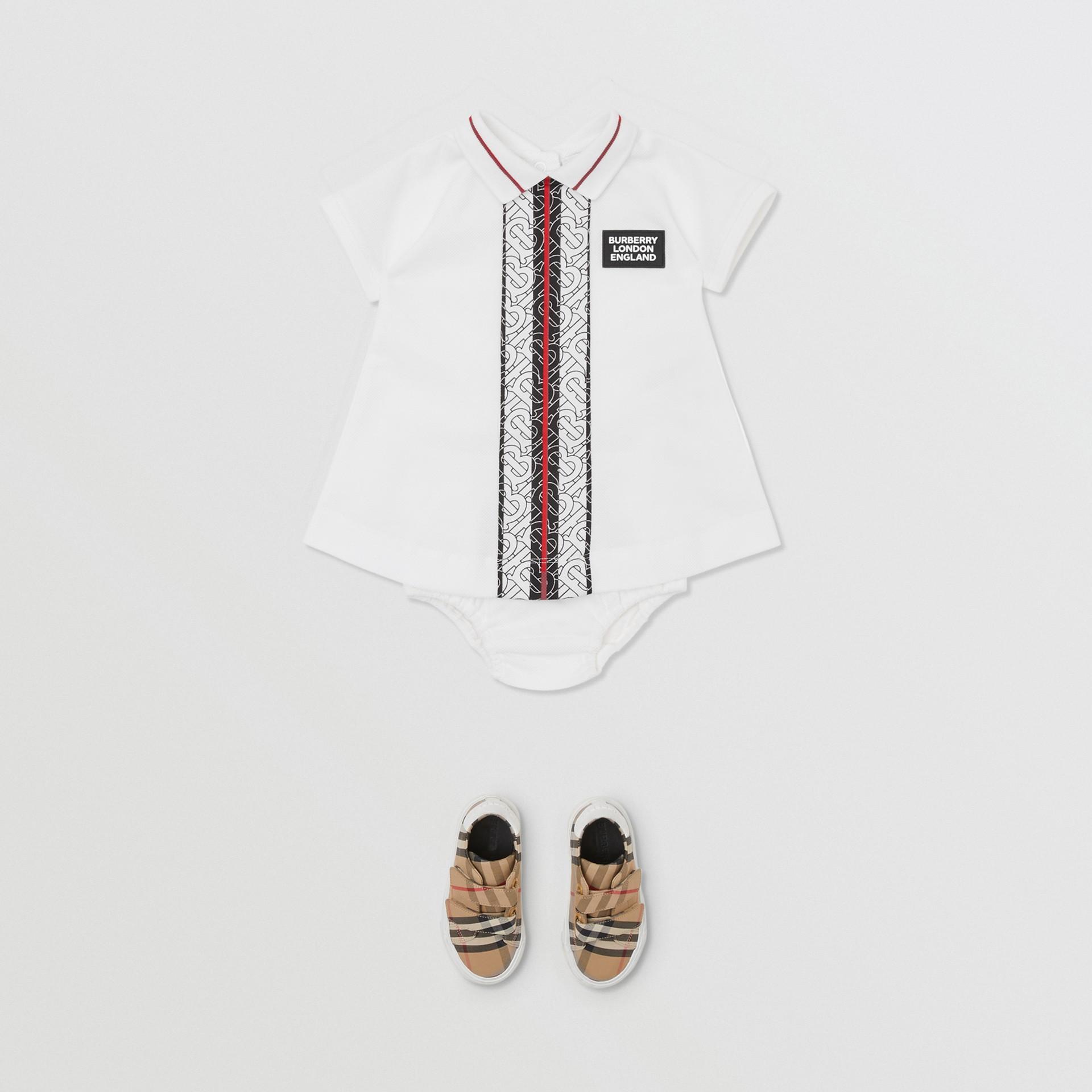 Kleid aus Baumwollpiqué mit Monogrammmuster im Streifendesign und Höschen (Weiß) - Kinder | Burberry - Galerie-Bild 2