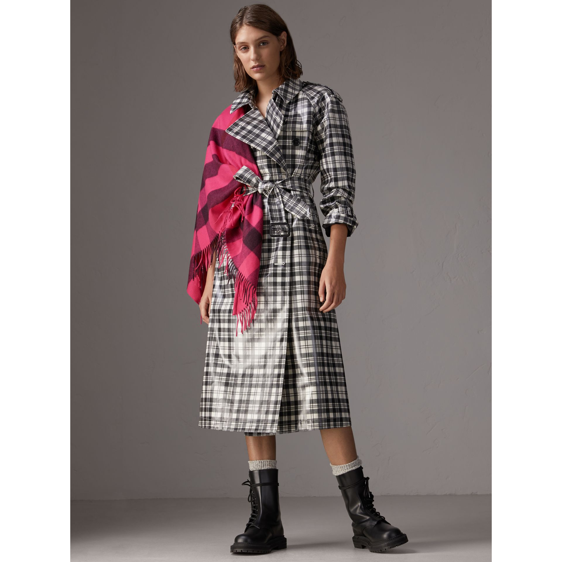 The Burberry Bandana in cashmere con motivo tartan (Rosa Petalo Brillante) | Burberry - immagine della galleria 2