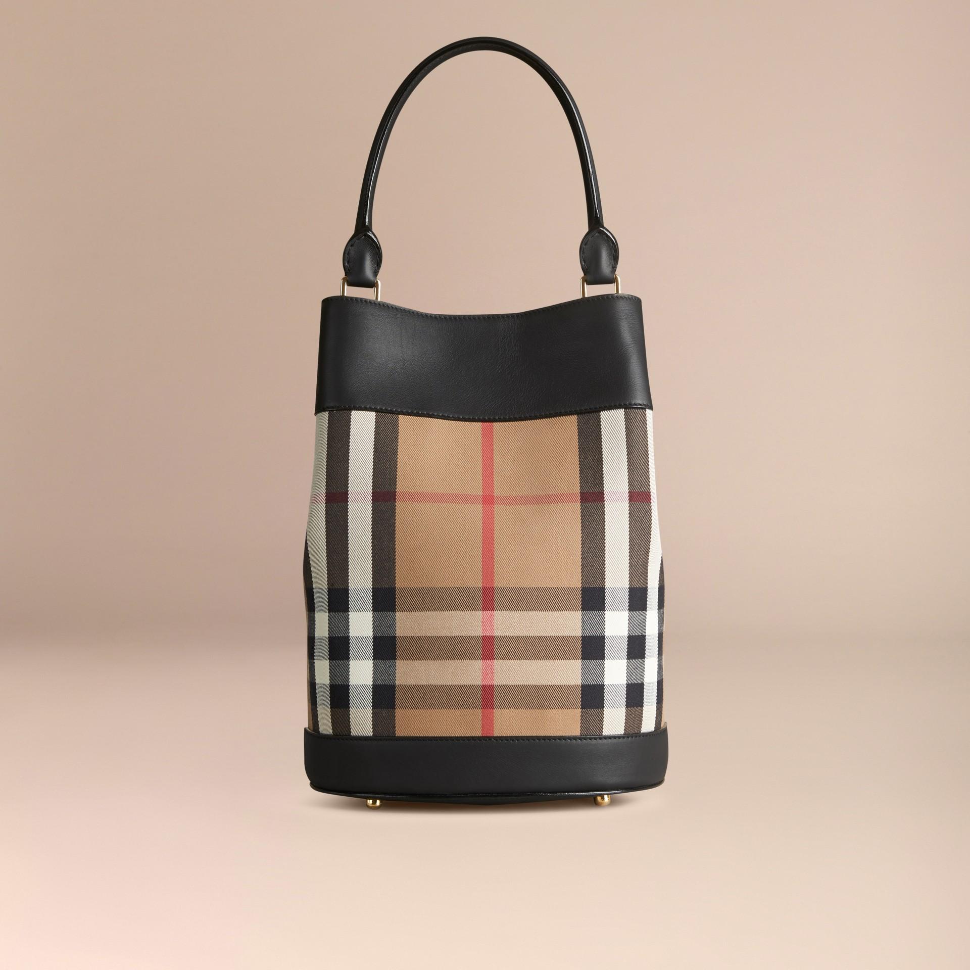 die tasche burberry bucket in house check mit lederbesatz schwarz burberry. Black Bedroom Furniture Sets. Home Design Ideas