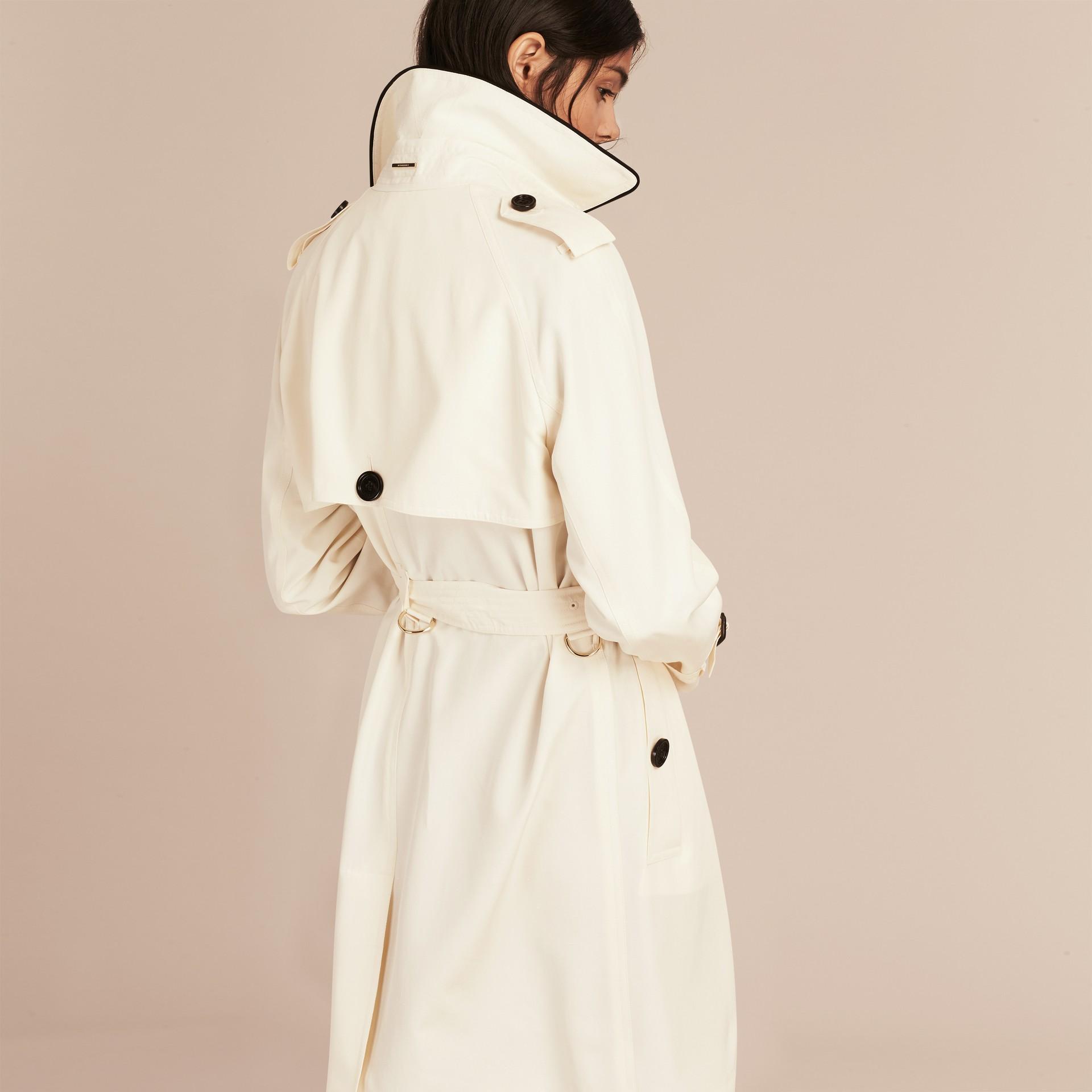 Parchemin Trench-coat en soie avec détails oversize Parchemin - photo de la galerie 3