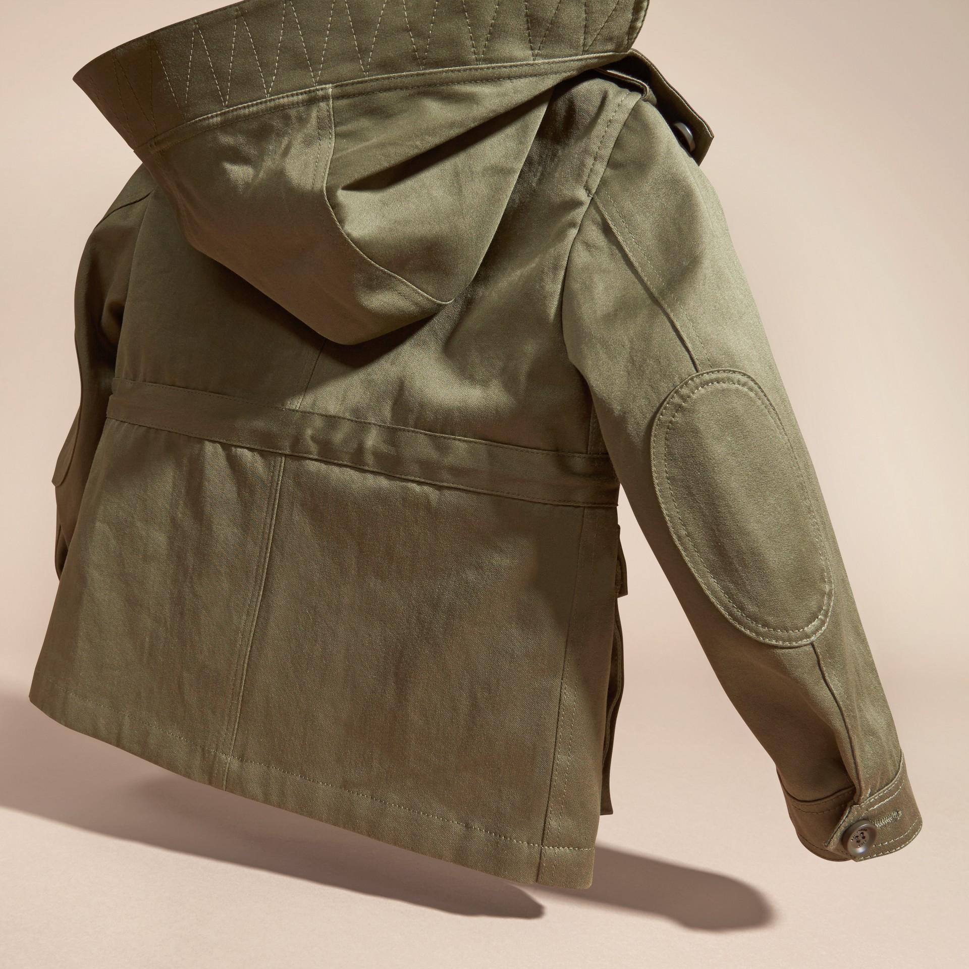 橄欖色 棉質戰地夾克附格紋保暖內裡 - 圖庫照片 4