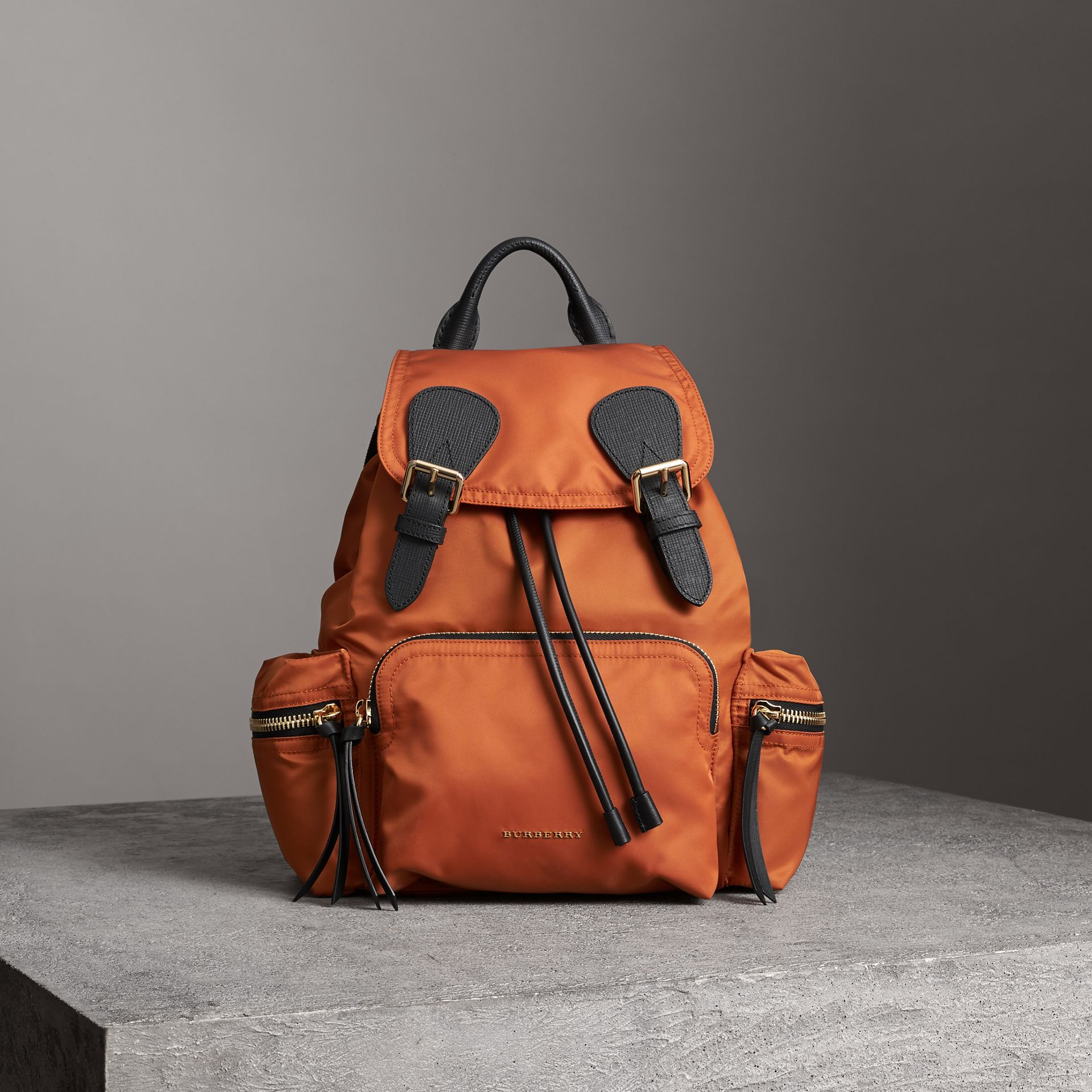 Zaino The Rucksack medio in nylon tecnico e pelle (Clementina) - Donna | Burberry - immagine della galleria 6