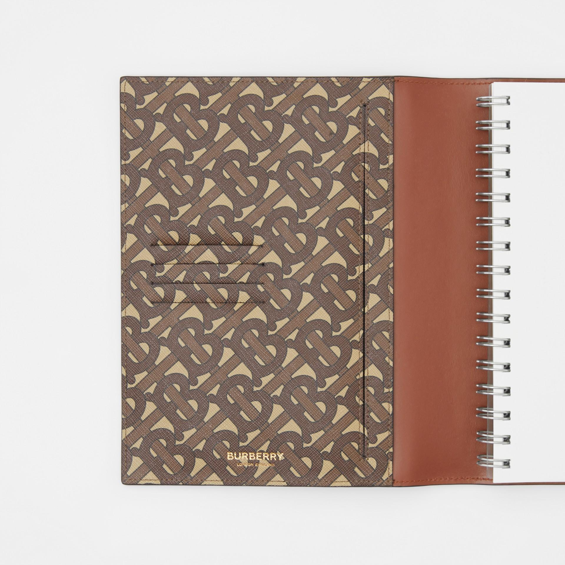 モノグラムプリントEキャンバス ノートブックカバー (ブライドルブラウン)   バーバリー - ギャラリーイメージ 4