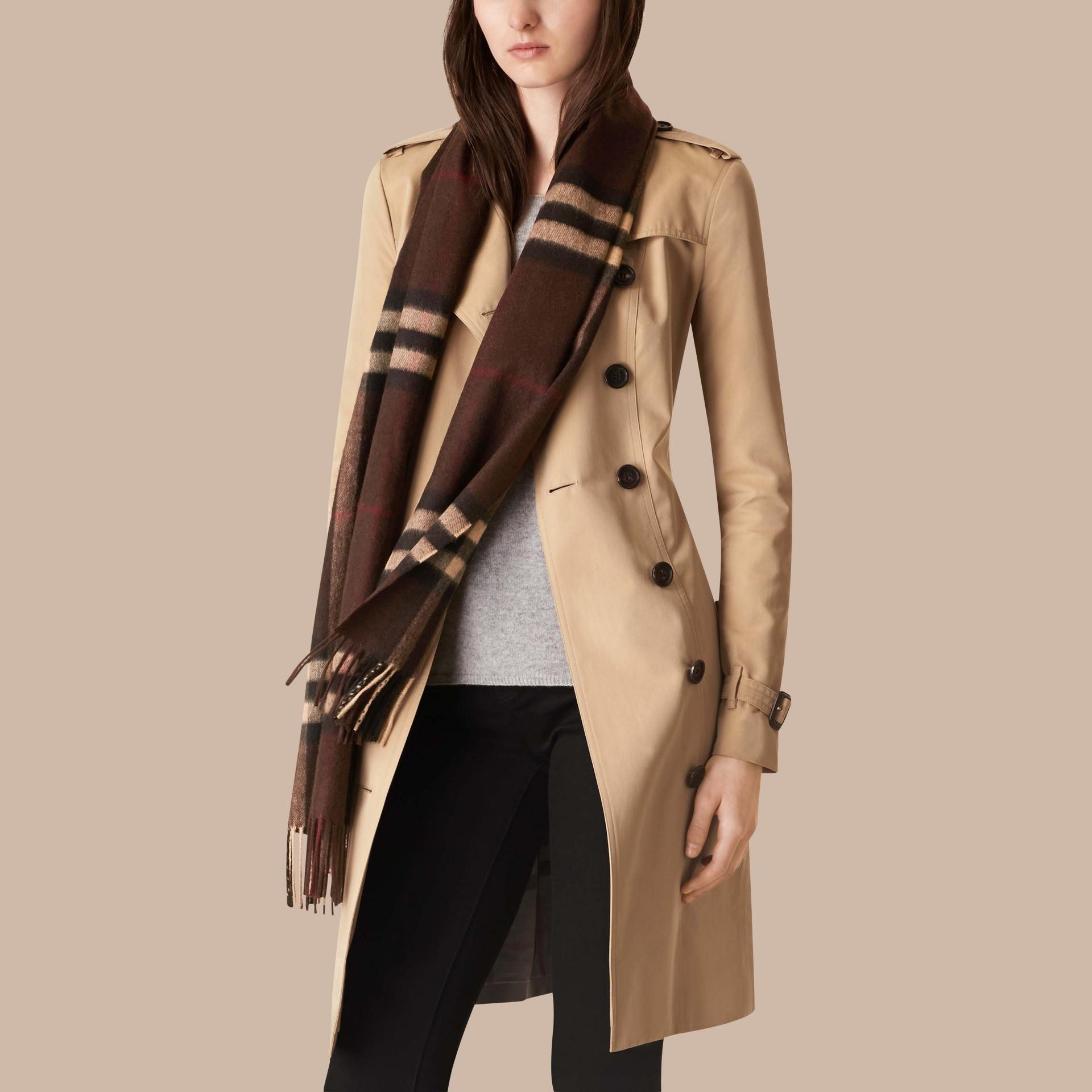 Check marrone castagna scuro Sciarpa in cashmere classica con motivo check Marrone Castagna Scuro - immagine della galleria 3