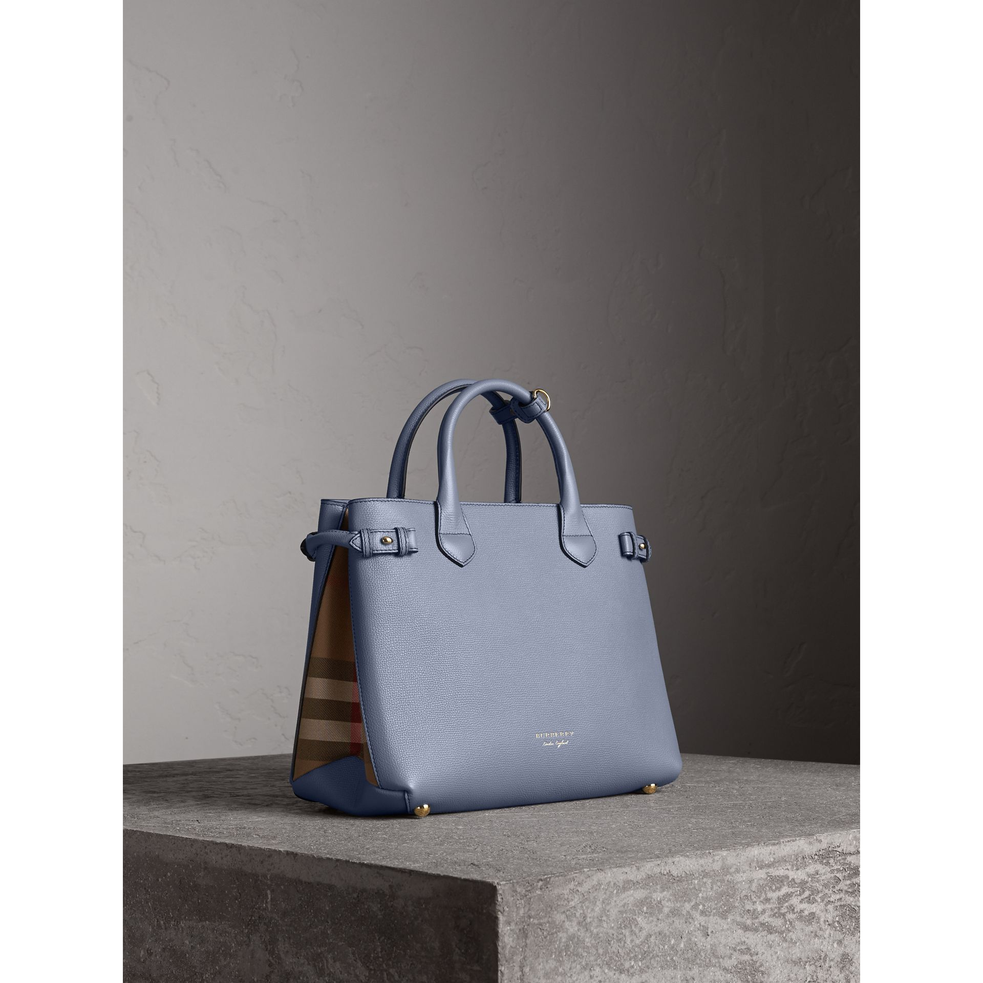Sac The Banner medium en cuir et coton House check (Bleu Ardoise) - Femme | Burberry - photo de la galerie 1