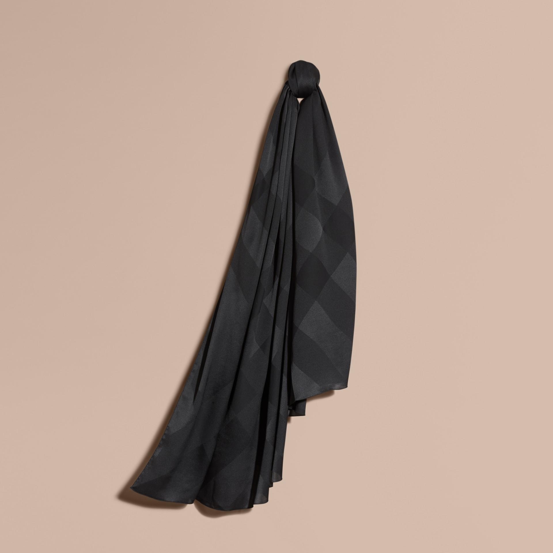 Noir Foulard en jacquard de soie à motif check Noir - photo de la galerie 1